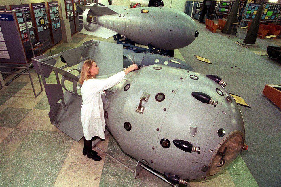 مجسمان لأول قنبلة ذرية روسية (في المقدمة
