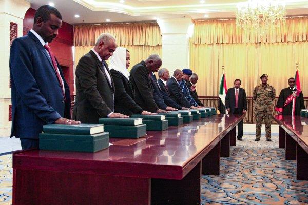 حكومة حمدوك تؤدي اليمني الدستورية (فرانس برس)