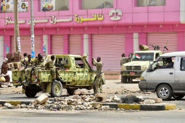 عناصر من الشرطة السودانية في أحد شوارع الخرطوم (من الأرشيف)