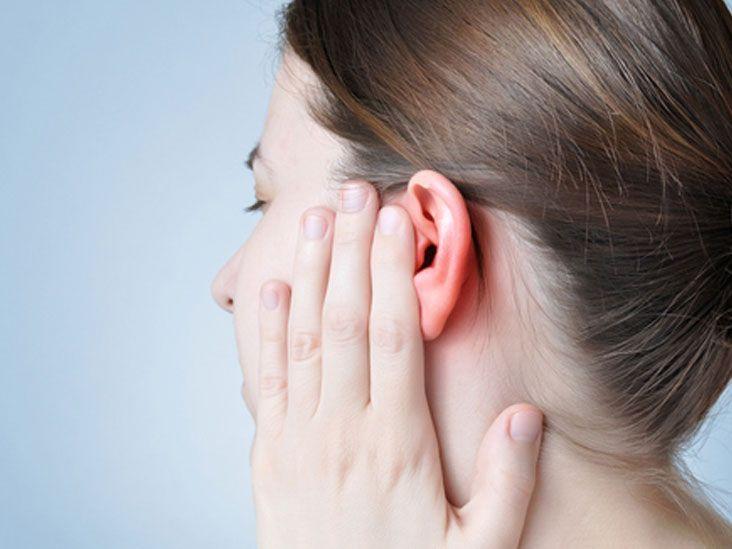 هز الرأس لإخراج الماء من الأذنين قد يسبب إصابات دماغية - إزالة الماء الداخل إلى الأذنين عن ريق هز الرأس - عادات مغلوطة تفعلها بعد الحمام