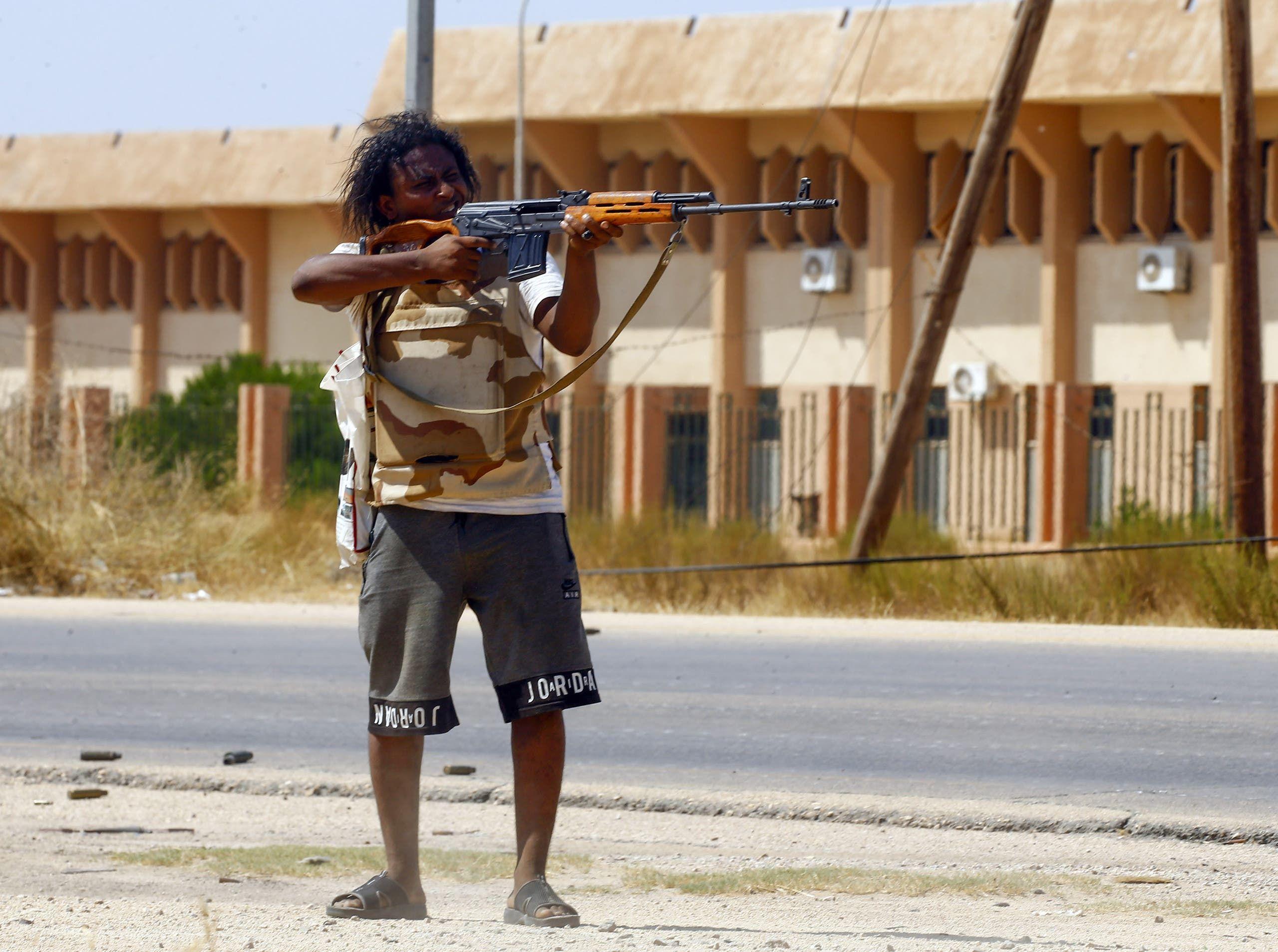 من ليبيا أحد المقاتلين التابعين لحكومة الوفاق(فرانس برس)