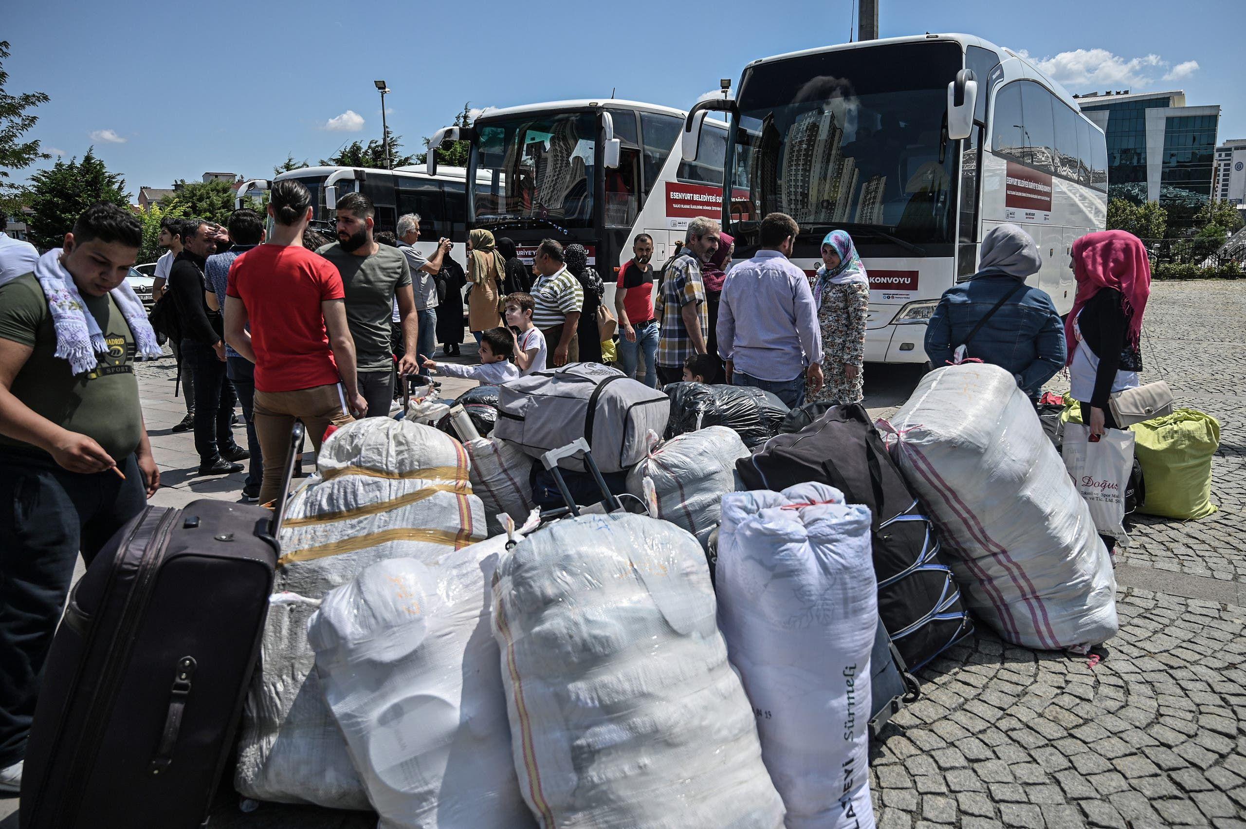 لاجئون سوريون مرحلون من تركيا (فرانس برس)