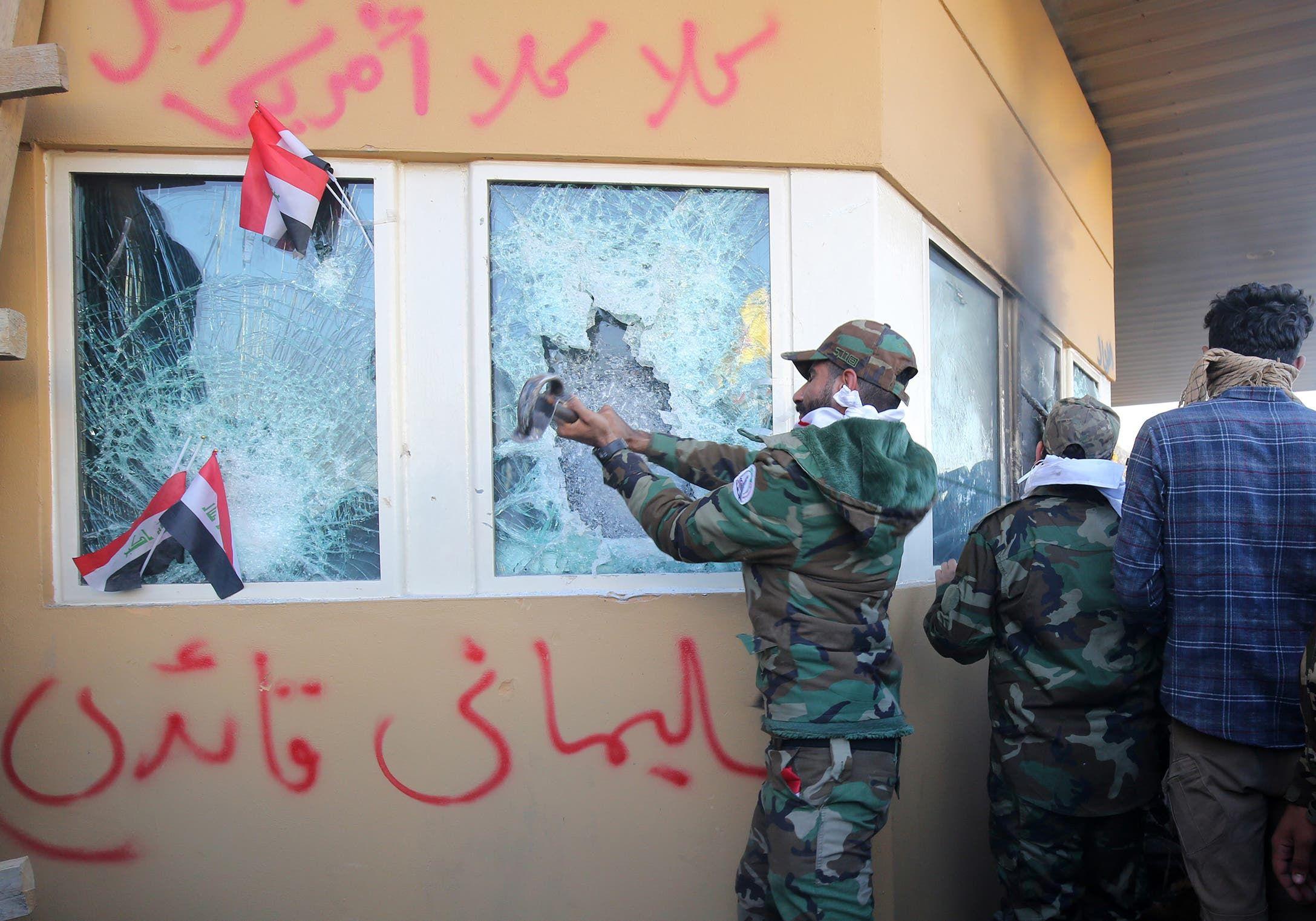 مهاجمة السفارة الأميركية في بغداد(فرانس برس)