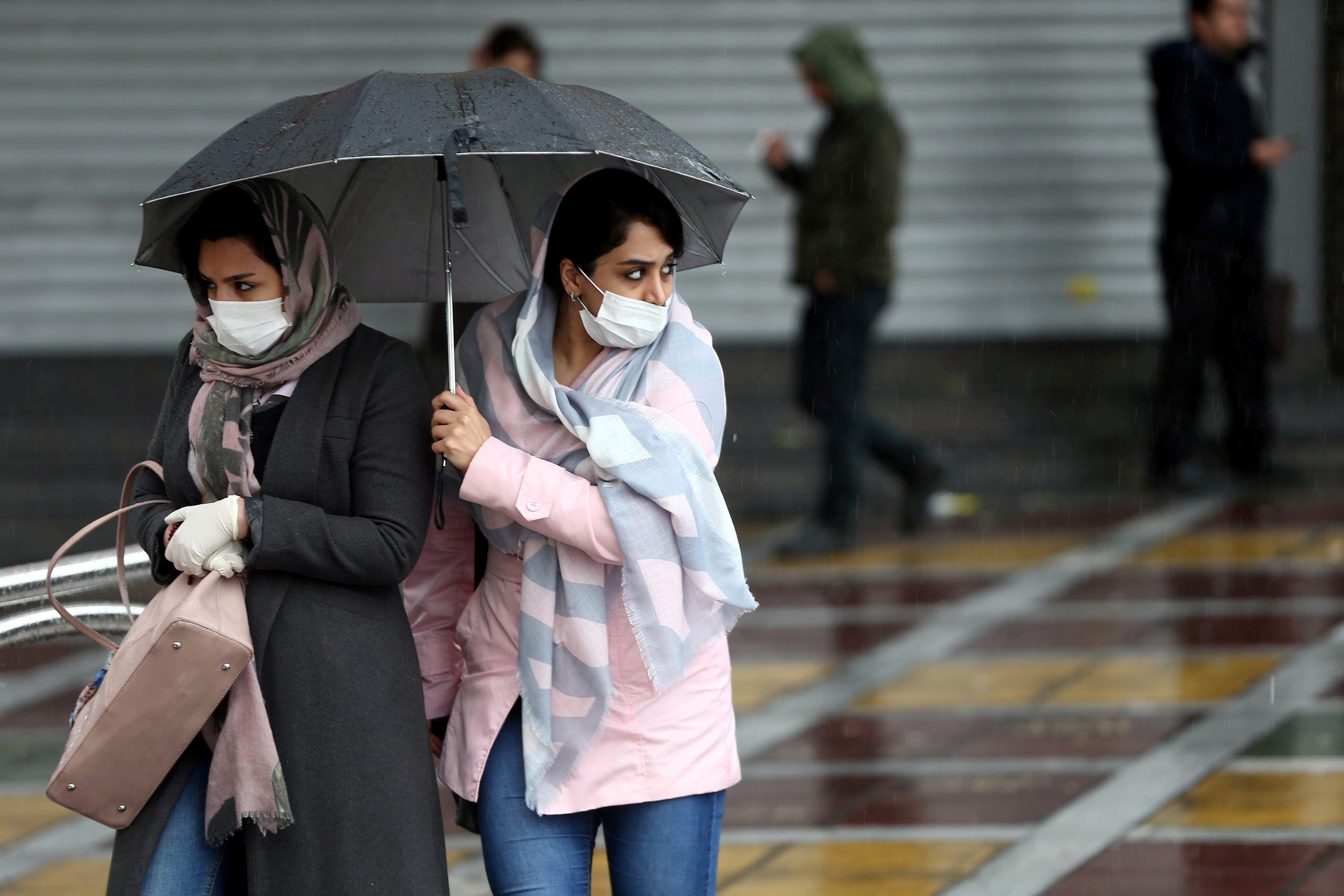 إيرانيتان تضعان كمامات واقية خلال تجولهما في طهران خشيةً من كورونا
