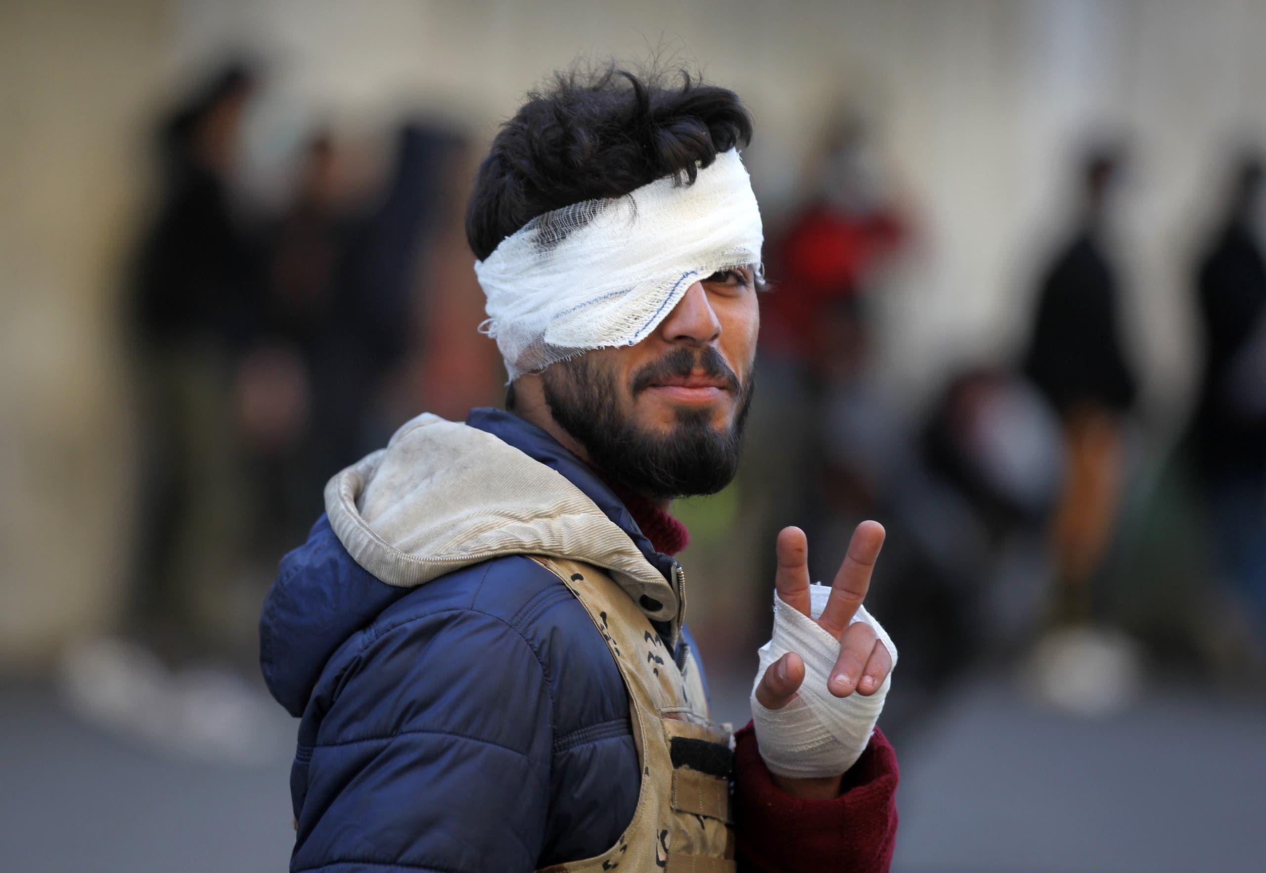 متظاهر عراقي مصاب قرب ساحة الخلاني - بغداد