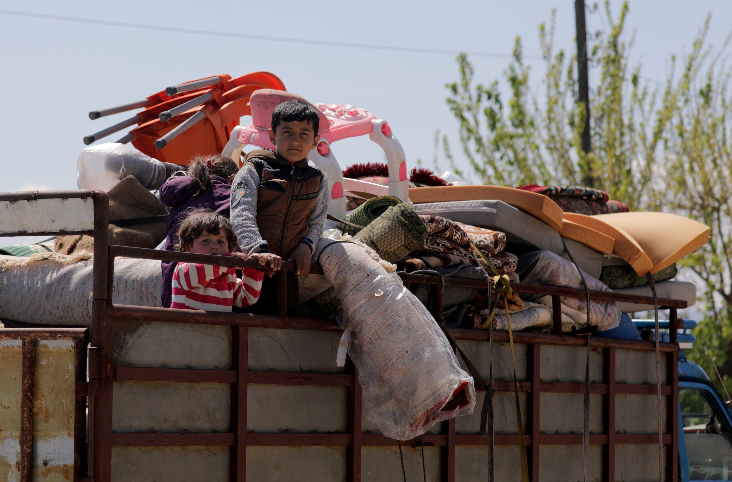 نازحون سوريون يوم 11 أبريل (رويترز)