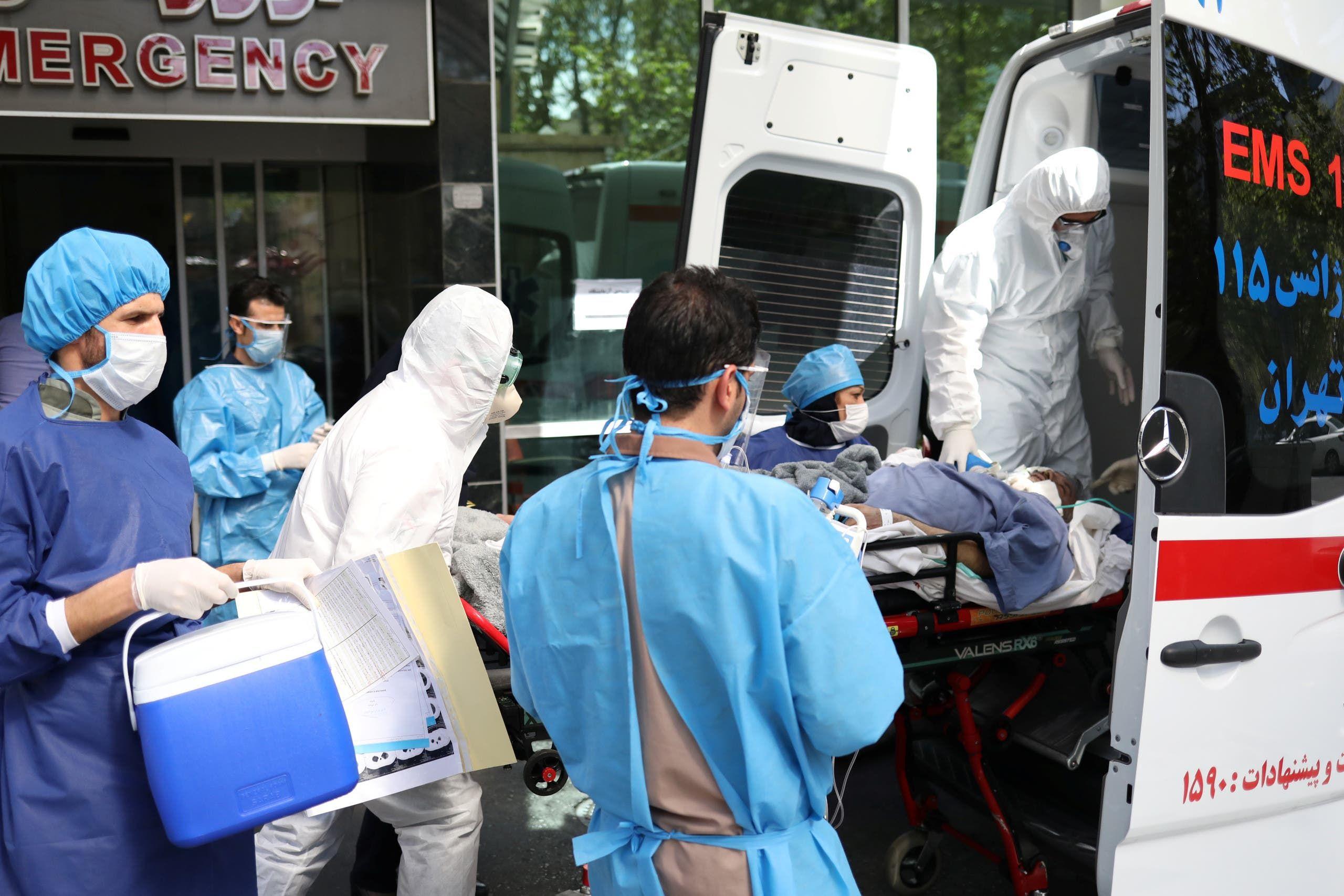 سيارة إسعاف تنقل مريض كورونا إلى مستشفى في طهران يوم 30 مارس
