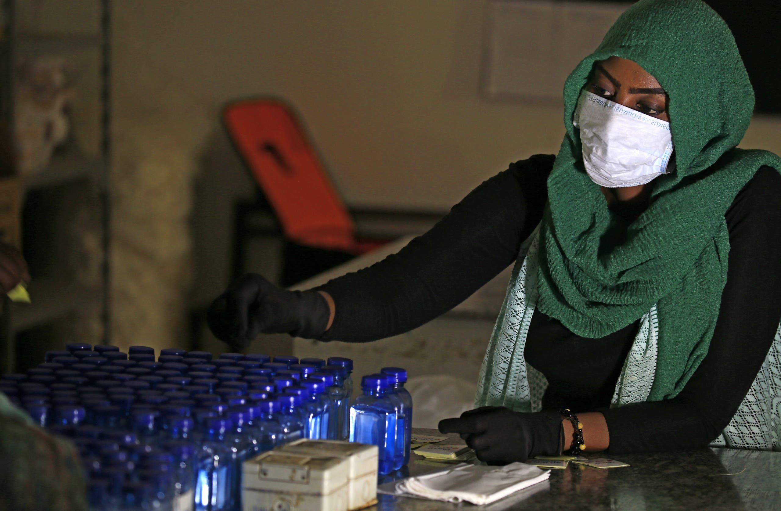 طالبة في مختبر بجامعة الخرطوم تعد المعقمات للمساهمة بالحرب على كورونا