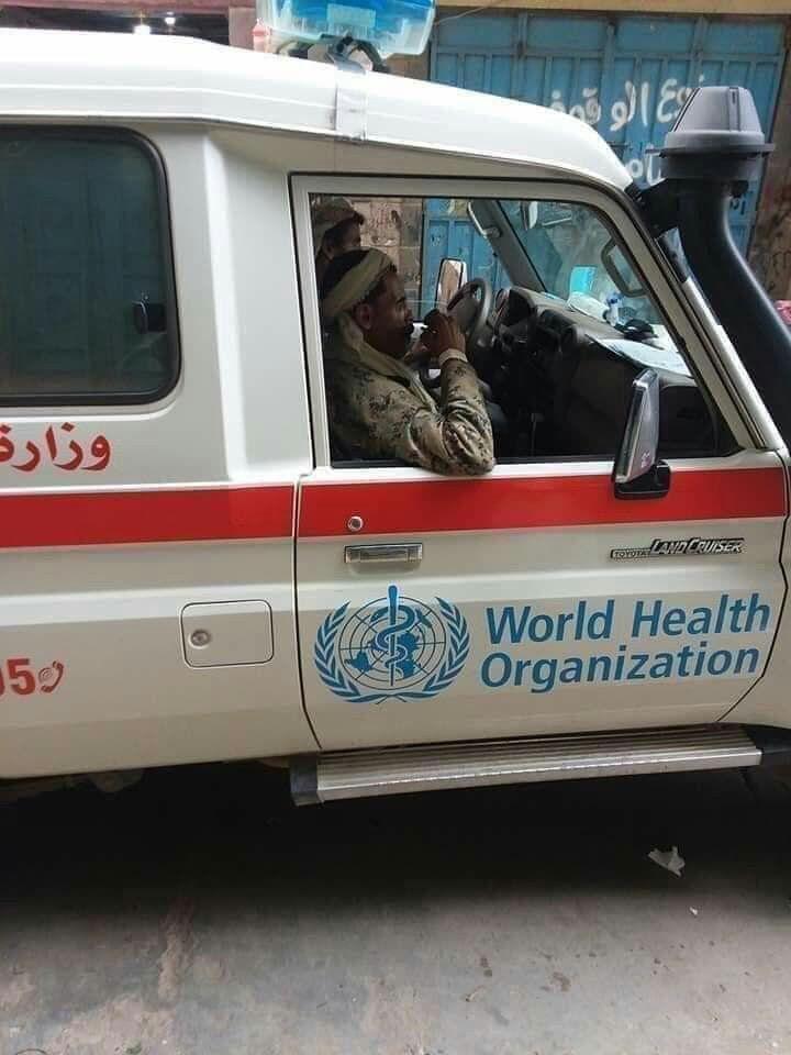 عناصر من ميليشيا الحوثي في سيارات تابعة للصحة العالمية