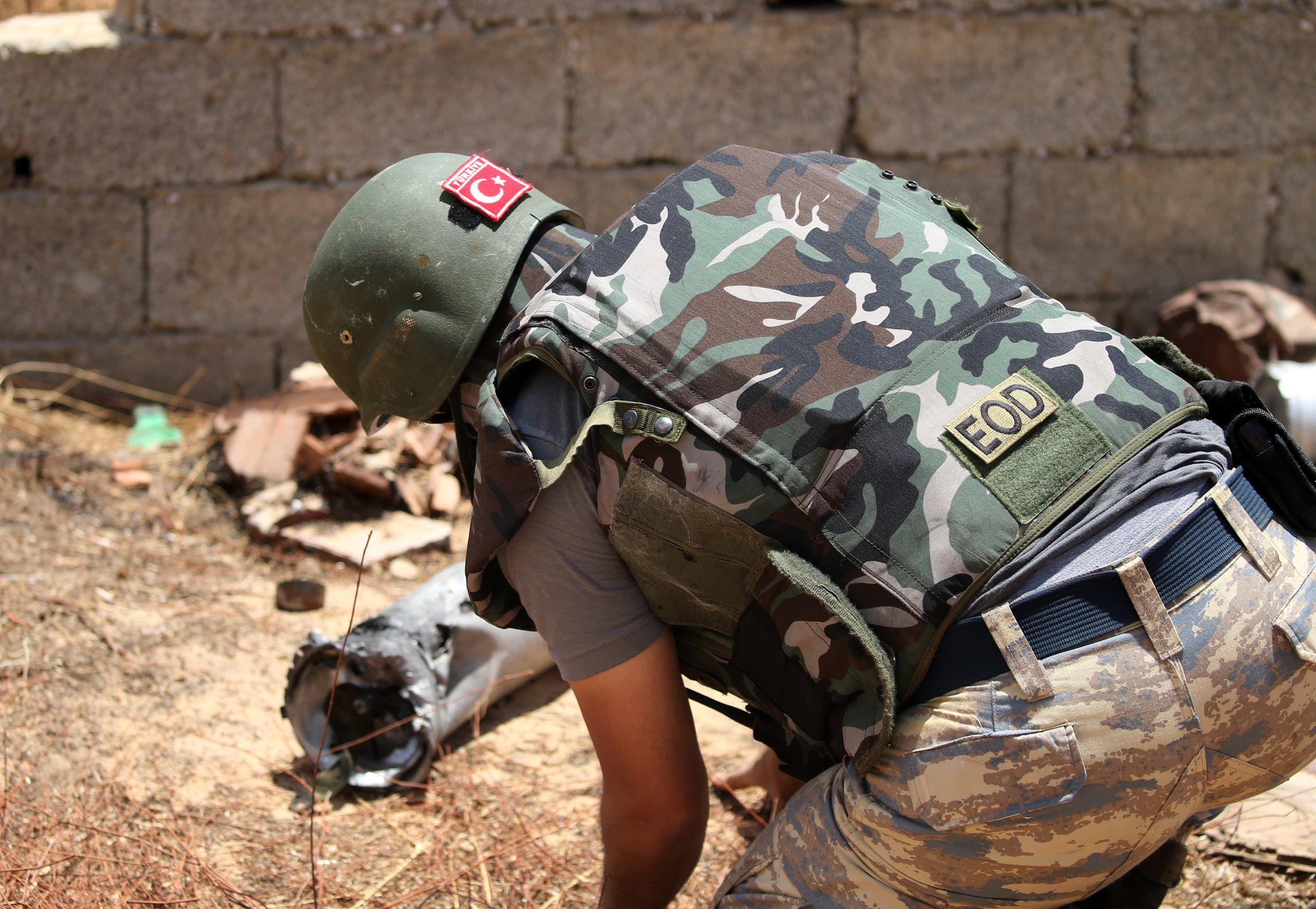 أحد الجنود الأتراك لتفكيك الألغام في طرابلس(أرشيفية- فرانس برس)