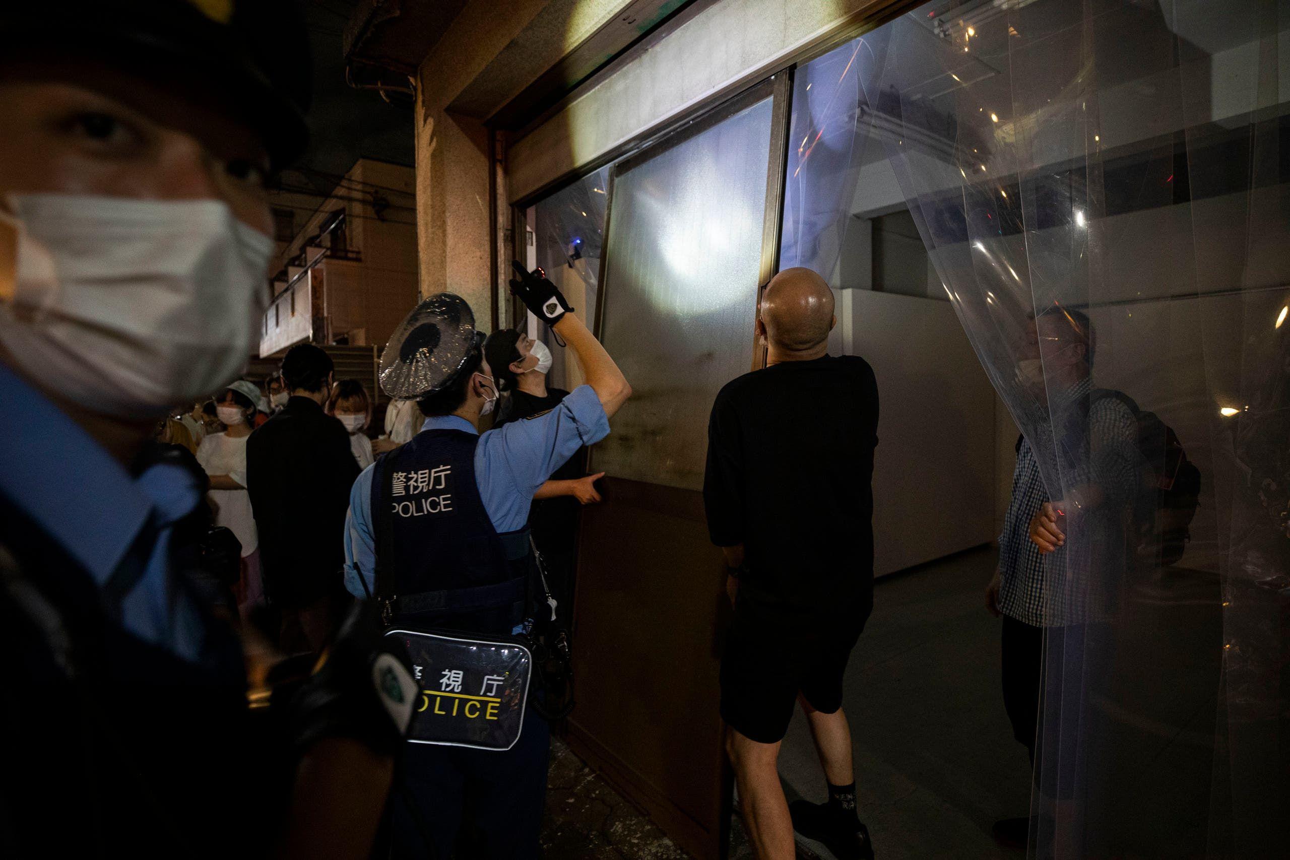 الشرطة على مدخل المعرض