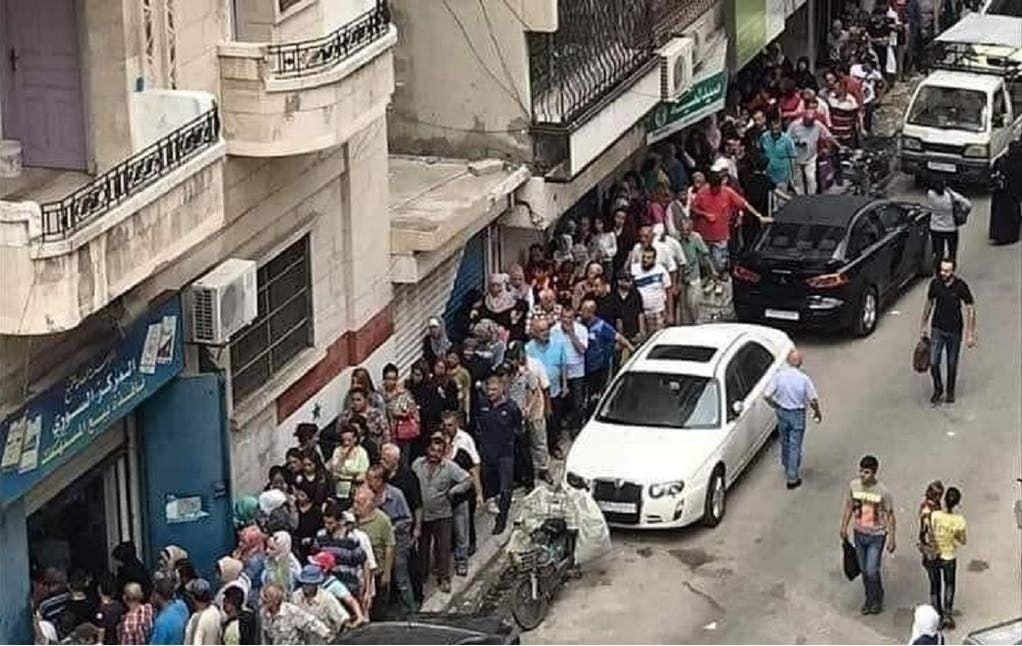 طابور في اللاذقية للحصول على تبغ تنتجه مصانع النظام السوري