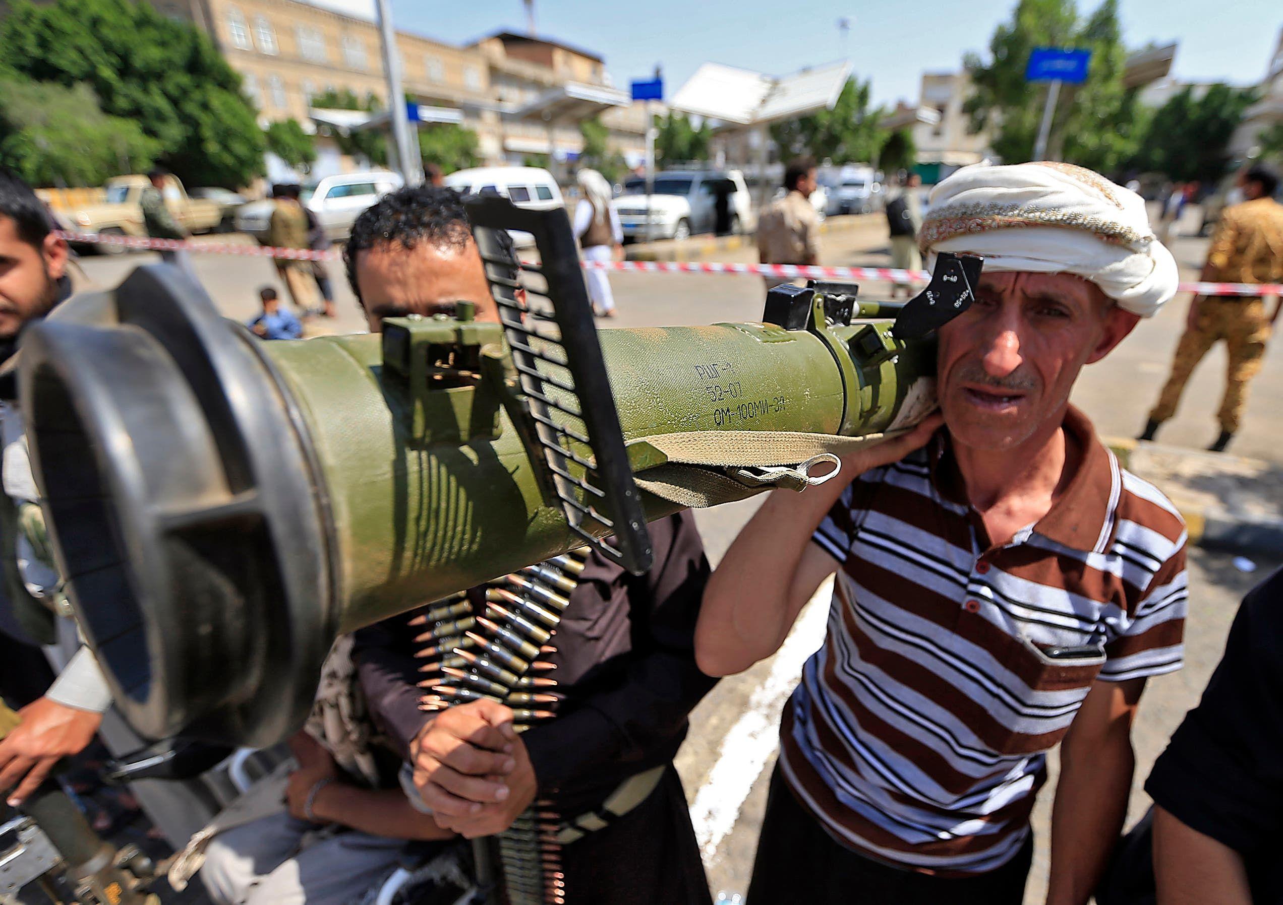مقاتل حوثي يشهر سلاحاً مضاداً للمدرعات في صنعاء