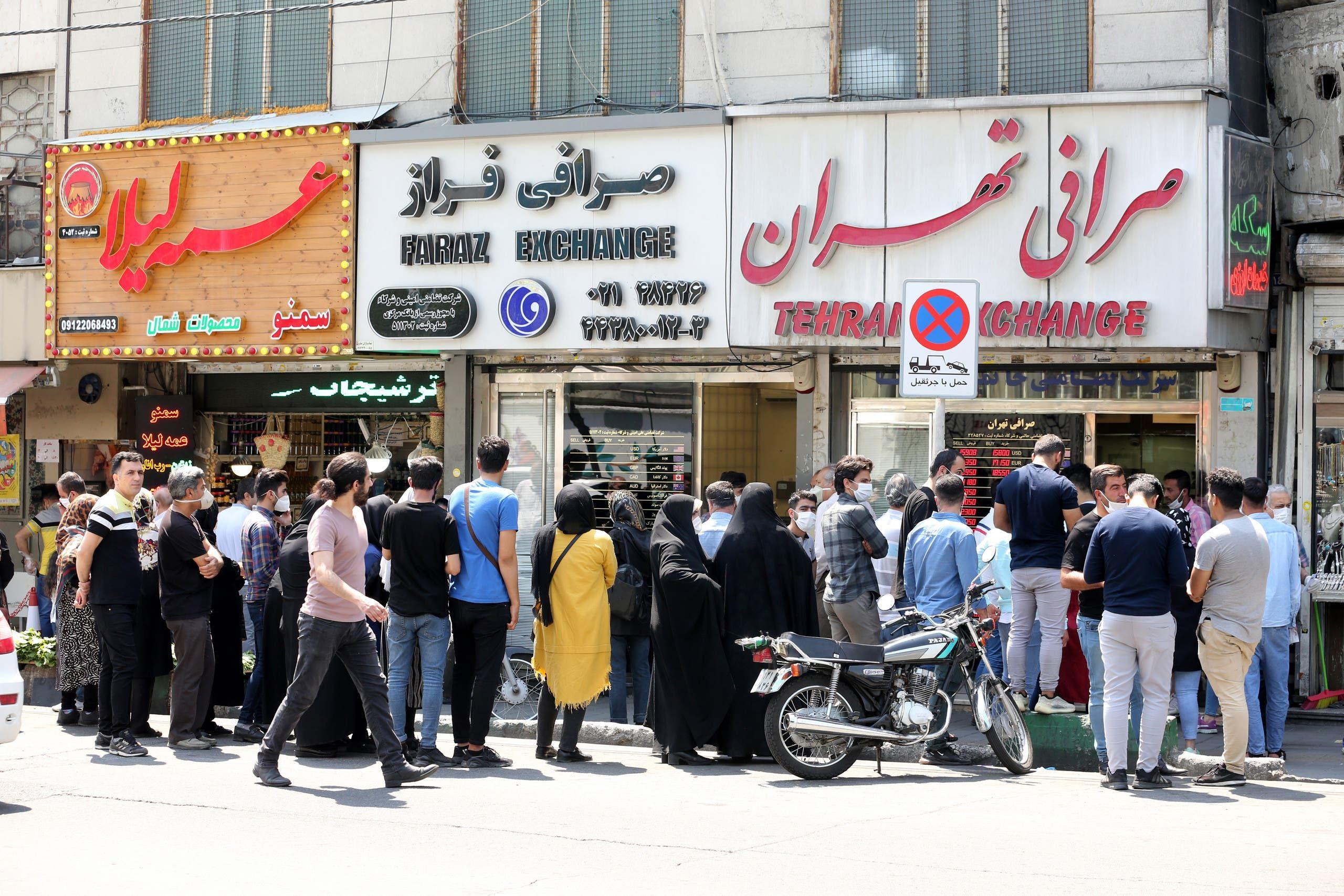 ازدحام أمام مكتب صرافة في طهران