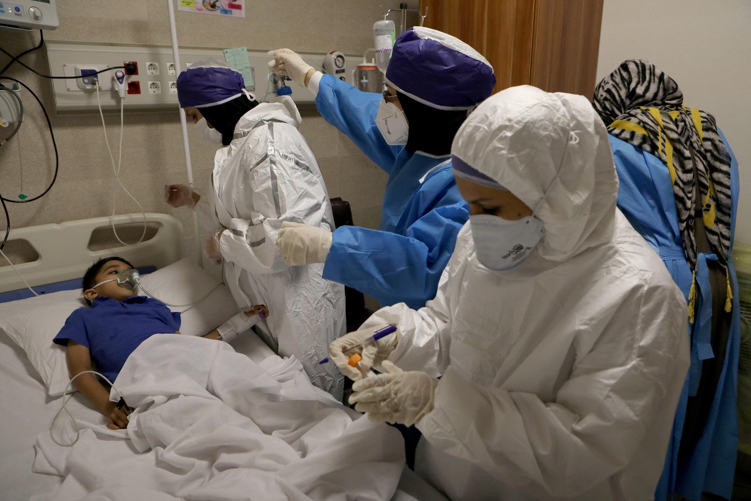 علاج طفل مصاب بكورونا في مستشفى بطهران