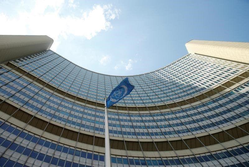 علم الوكالة الدولية للطاقة الذرية أمام مقرها الرئيسي في فيينا