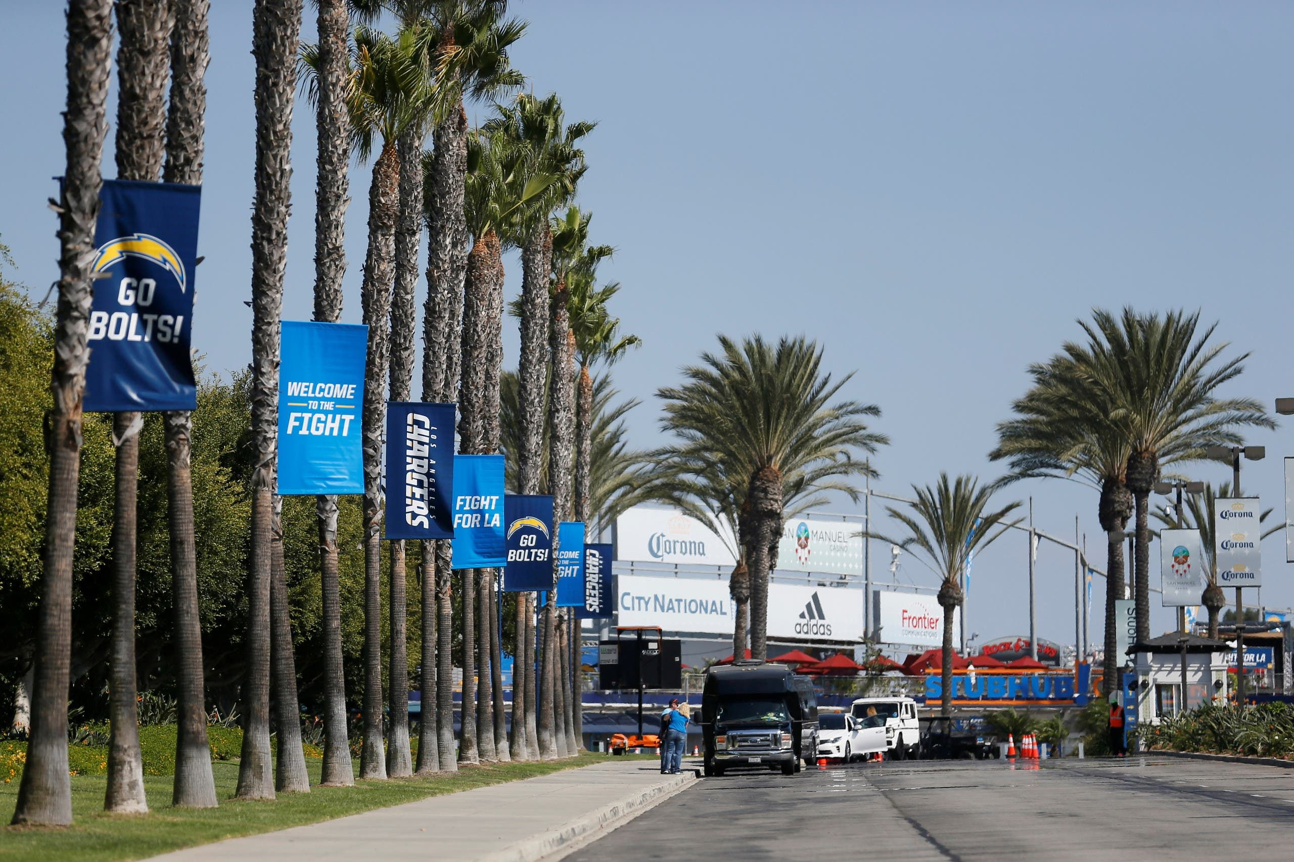 طريق رئيسي محاط بالأشجار في كاليفورنيا