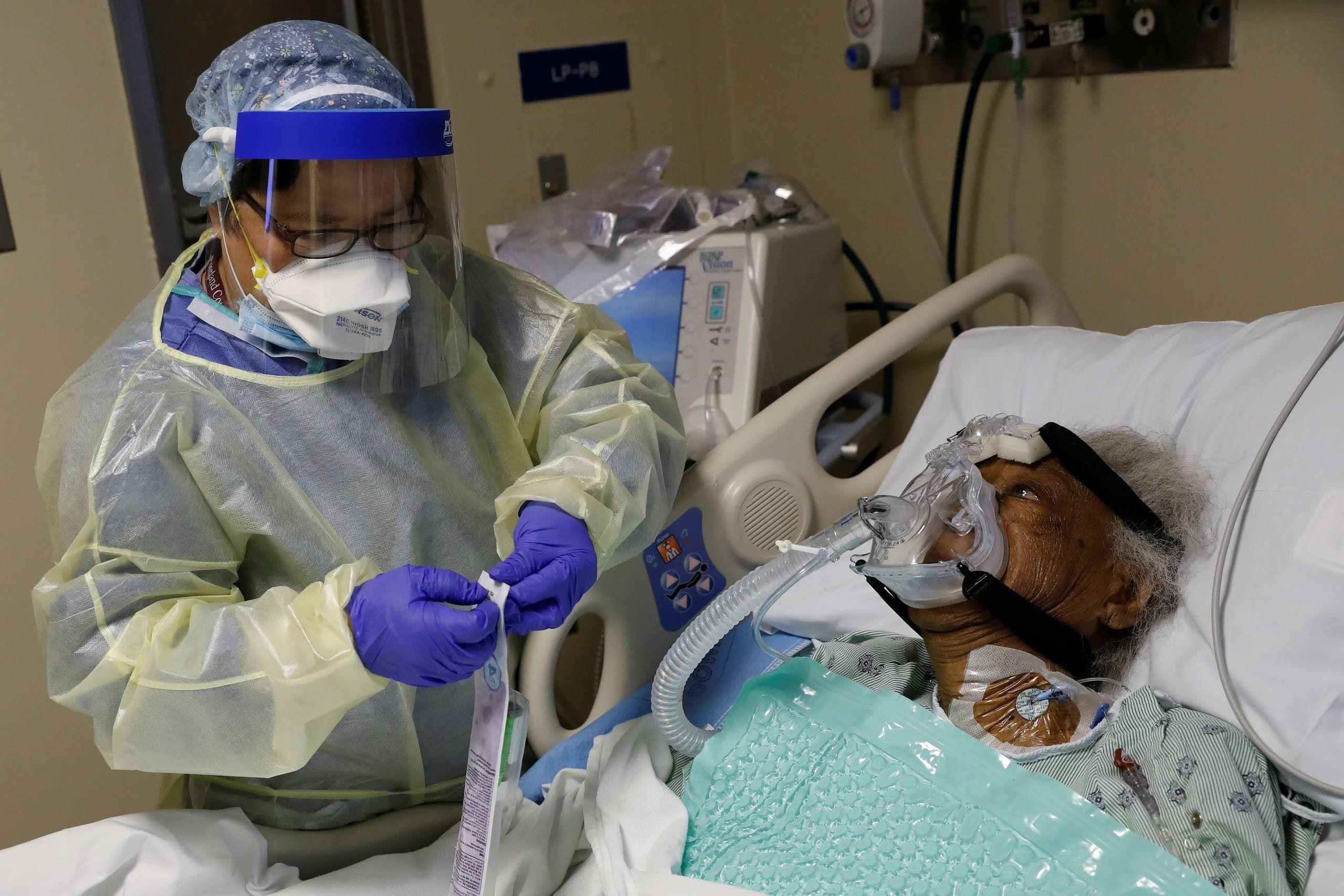 مصابة بكورونا في العناية المركزة في أحد مستشفيات شيكاغو