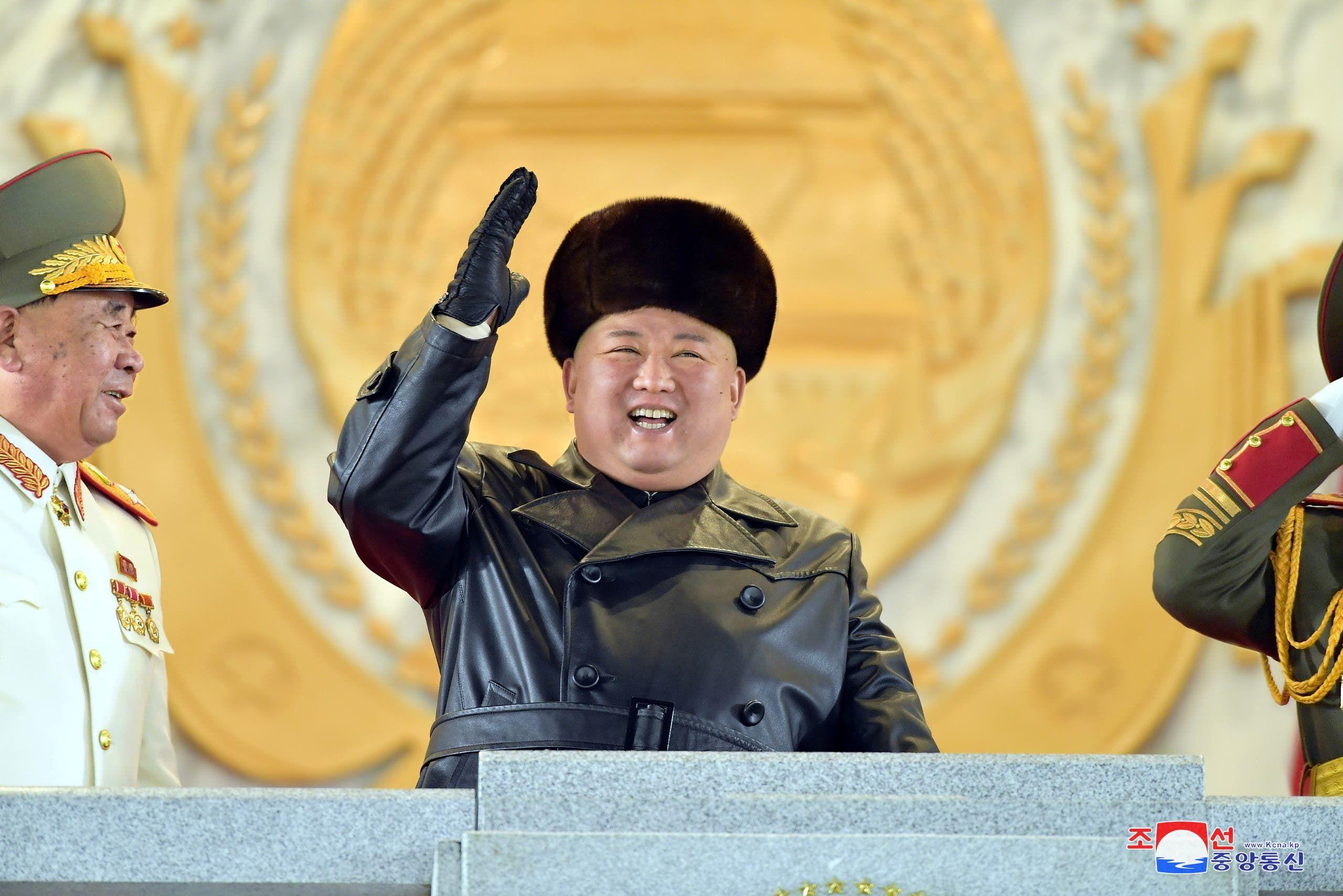 زعيم كوريا الشمالية كيم يونغ جون أثناء الاستعراض العسكري