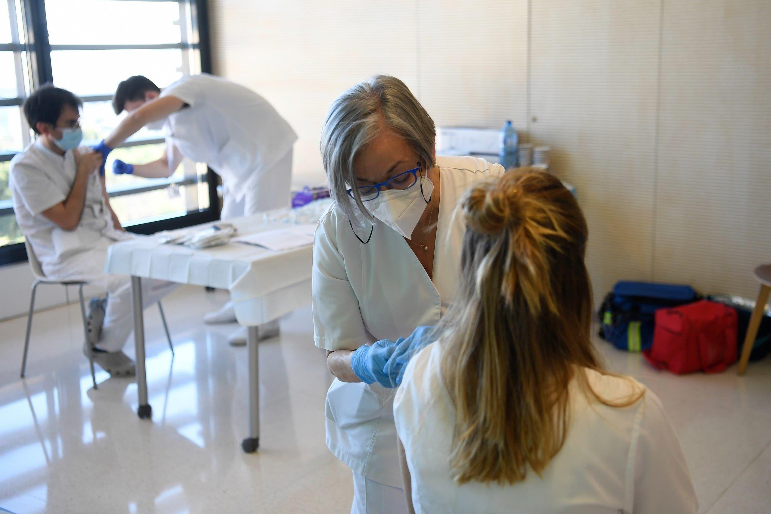 من حملة تطعيم في مستشفى ببرشلونة