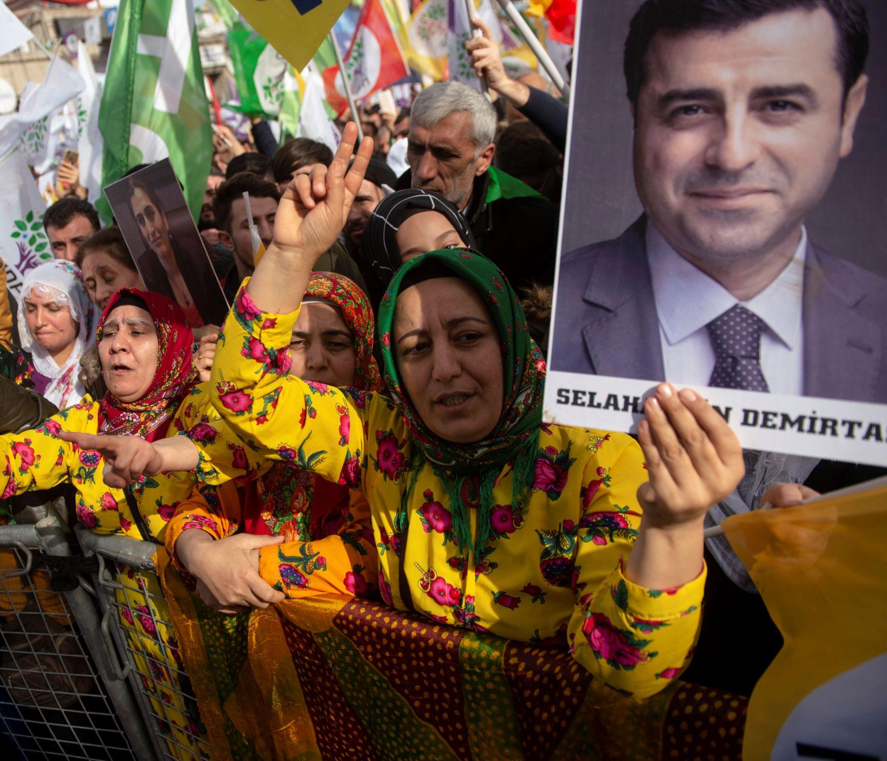 أنصار حزب الشعوب الديمقراطي يحملون صورة دميرتاش أثناء حضورهم تجمعاً لـ