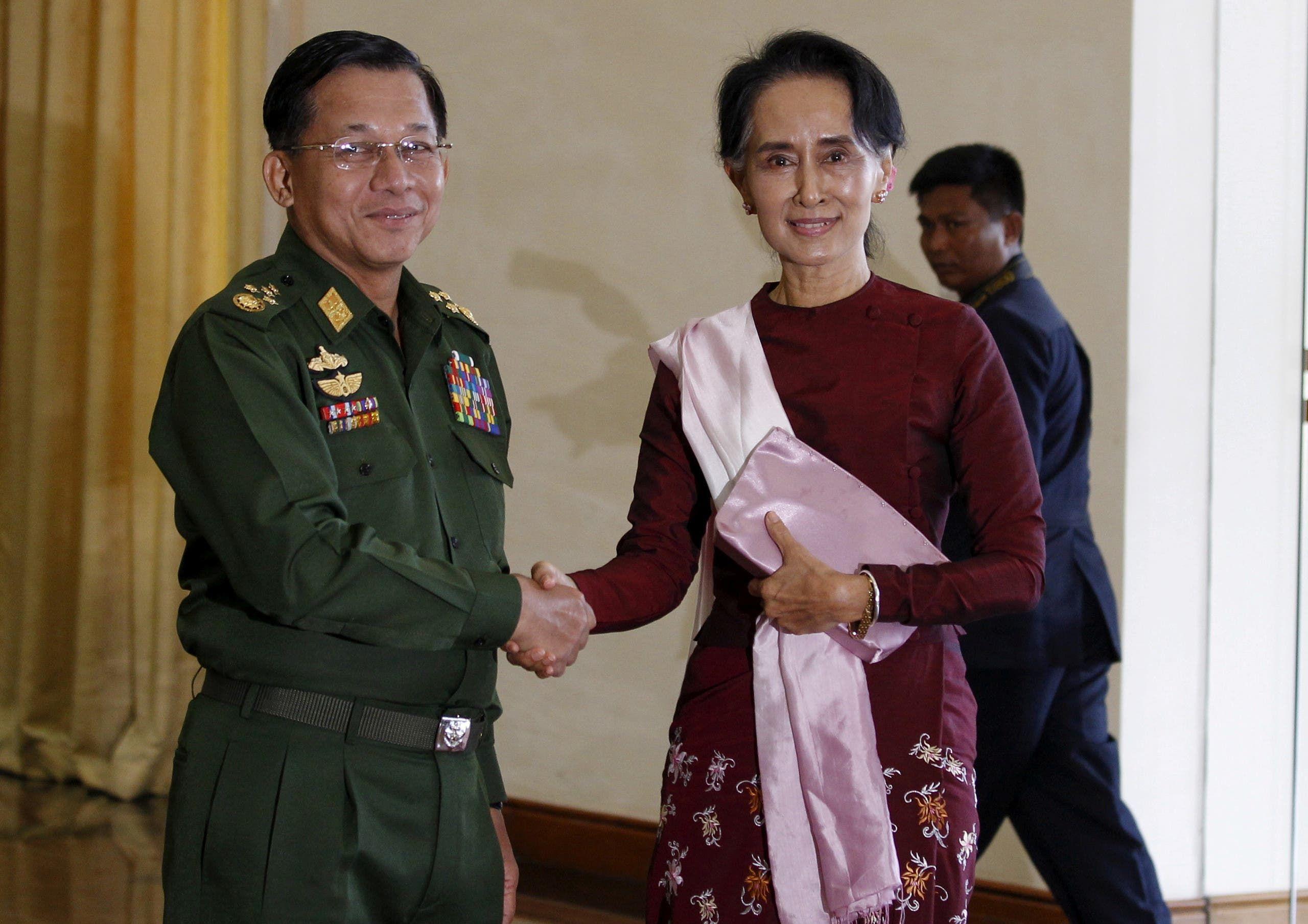 أونغ سان سوكي مع الجنرال مين أونغ هلاينغ في ديسمبر 2015