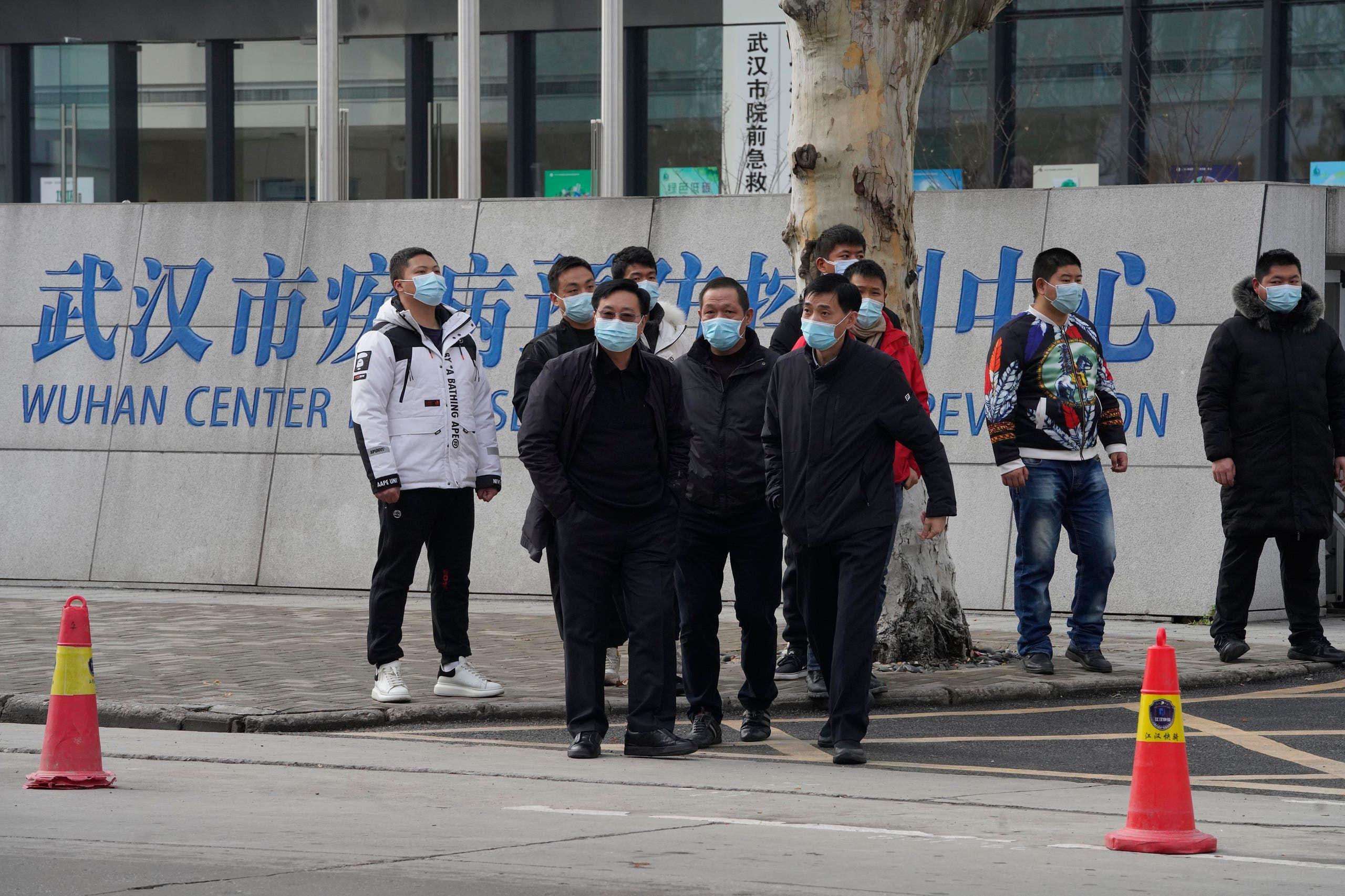 أفراد الأمن في ثياب مدنية خارج مركز ووهان للسيطرة على الأمراض والوقاية منها قبل وصول فريق منظمة الصحة العالمية يوم 1 فبراير
