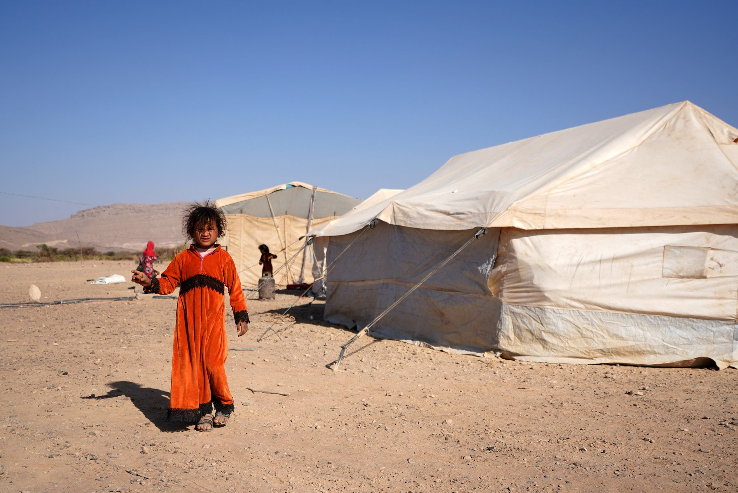 فتاة يمنية تقف في مخيم للنازحين في ضواحي مدينة مأرب يوم 18 فبراير (فرانس برس)