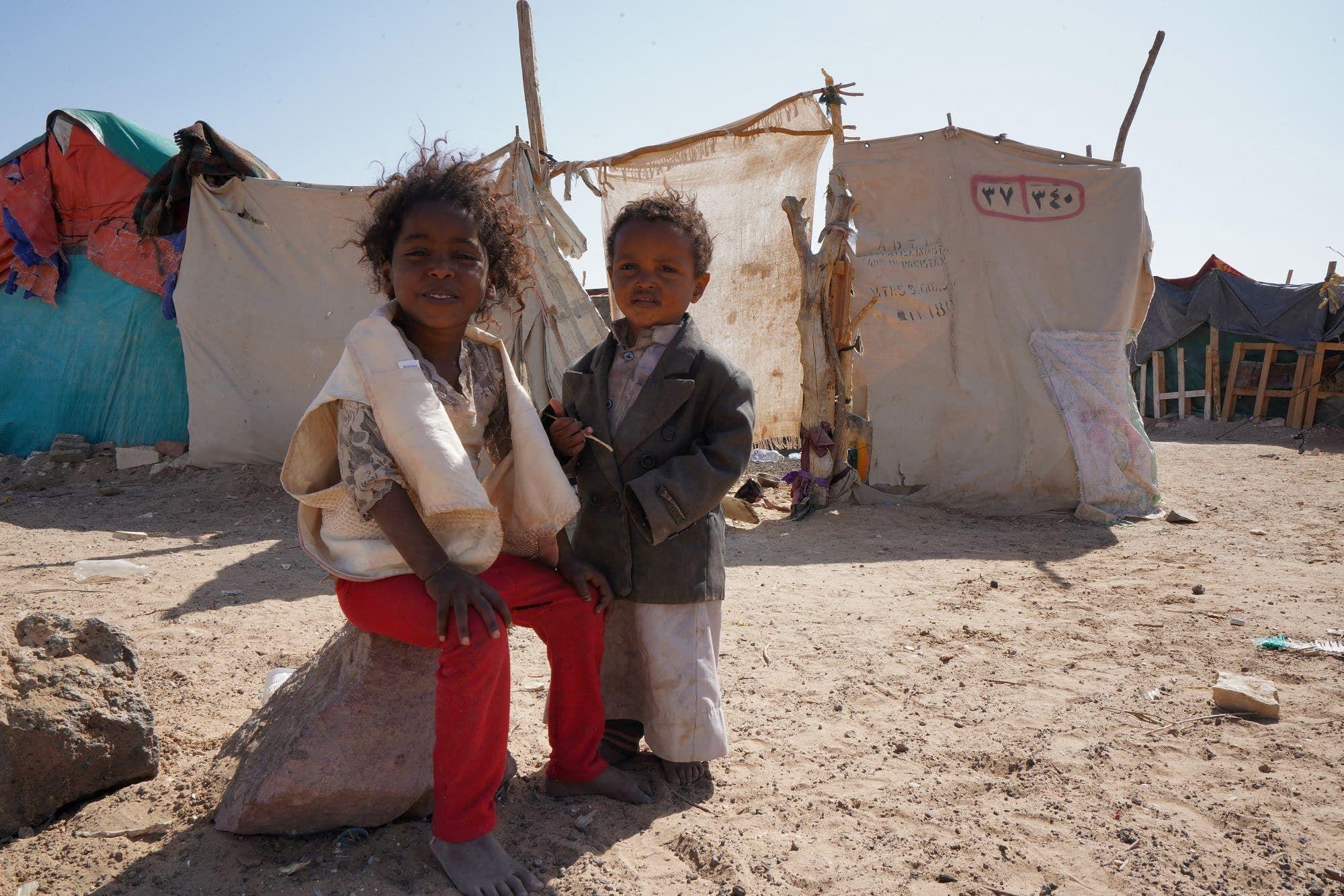 أطفال يمنيون في مخيم جو النسيم للنازحين بضواحي مدينة مأرب يوم 18 فبراير (فرانس برس)