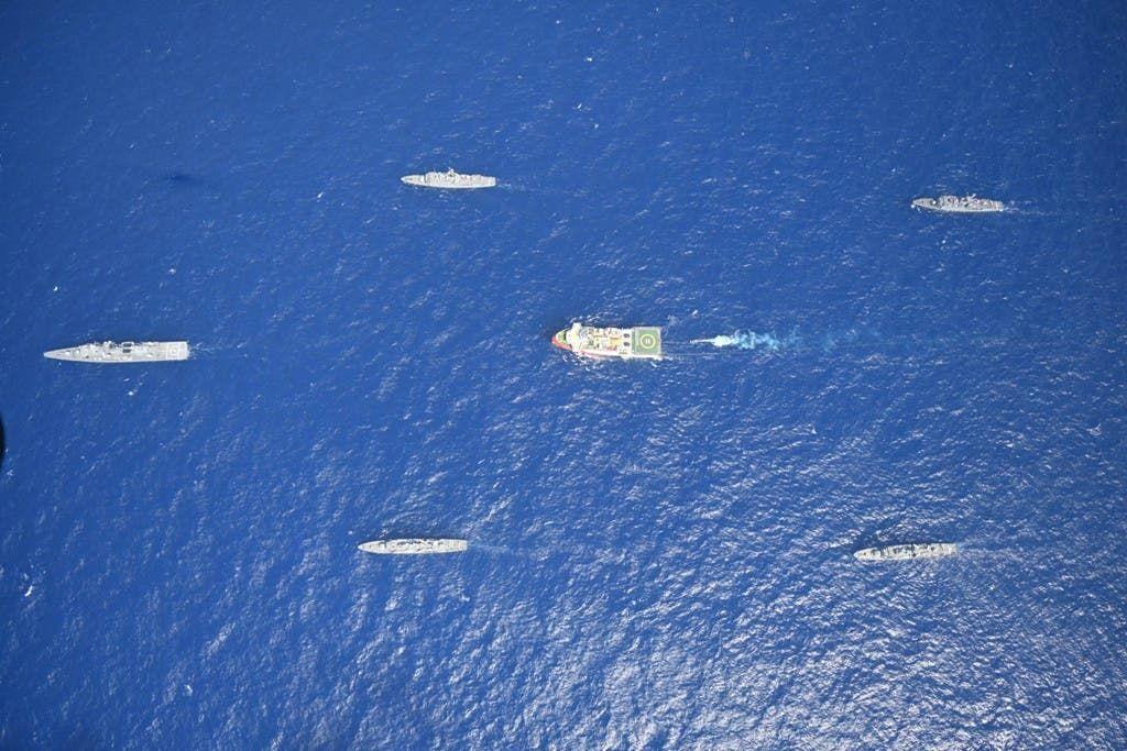سفينة تنقيب تركية معها سفن عسكرية في منطقة متنازع عليها مع اليونان في شرق المتوسط