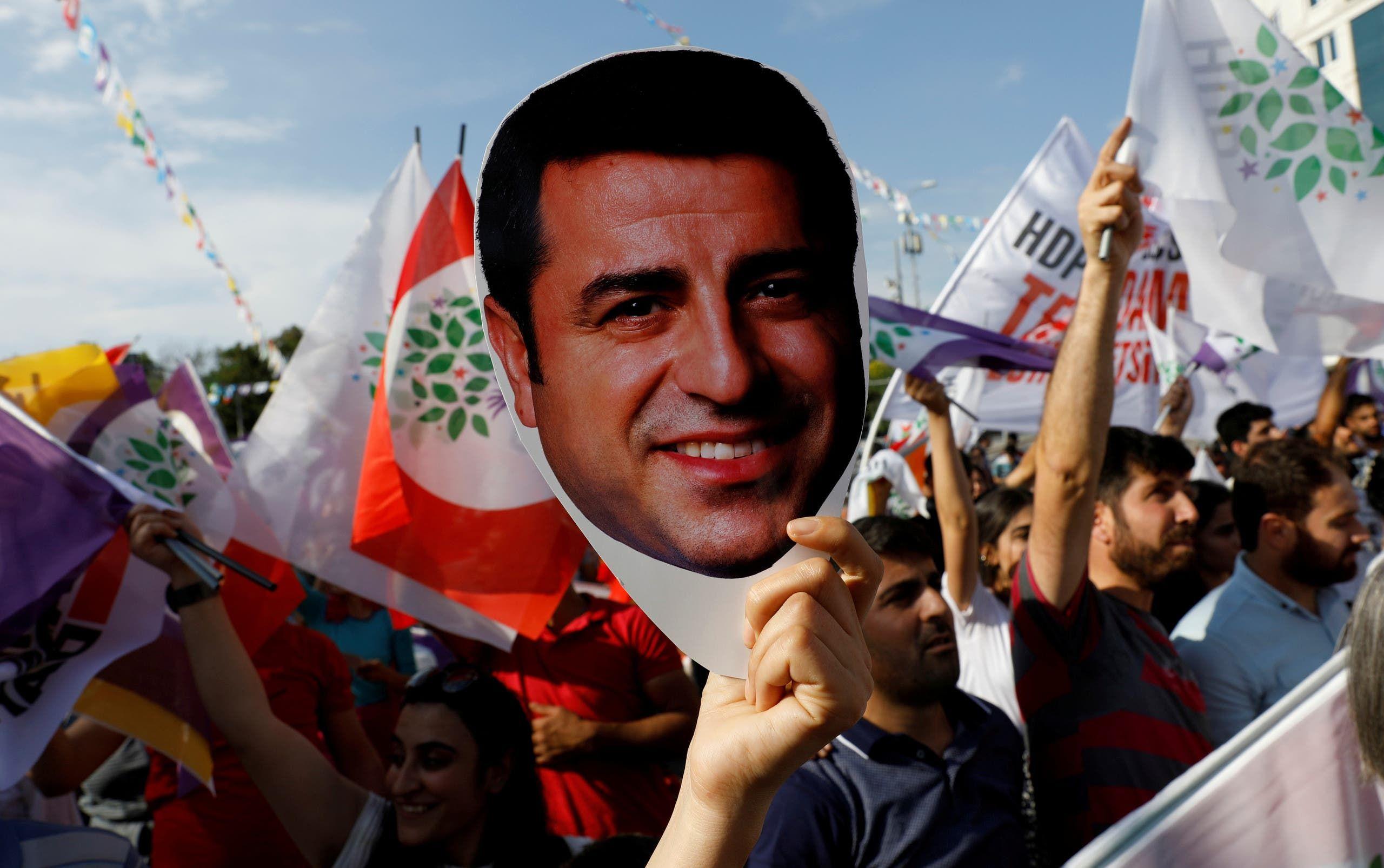 أنصار حزب الشعوب الديمقراطي يرفعون صورة دميرتاش خلال تجمّع في أنقرة في يونيو 2018