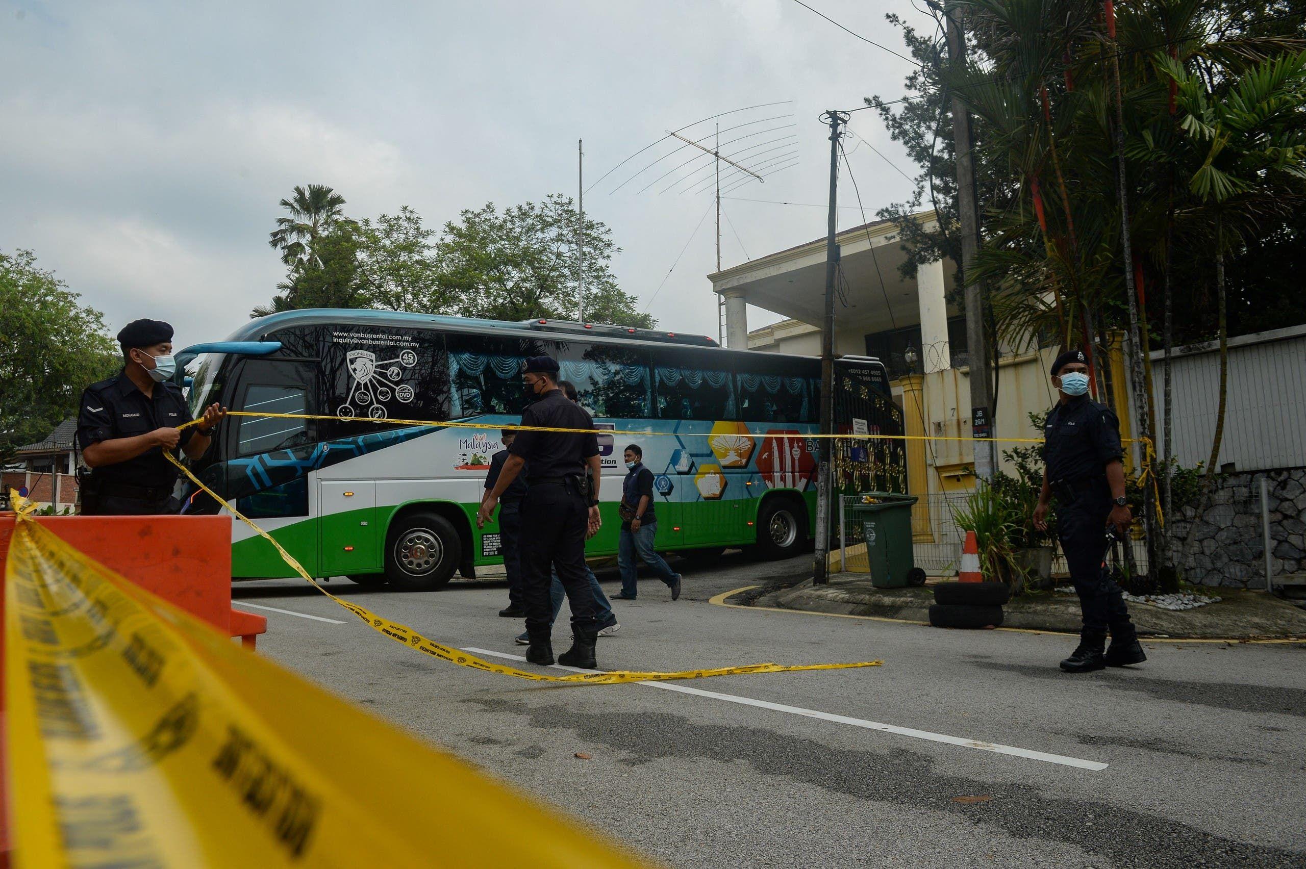 حافلة تقل دبلوماسي كوريا الشمالية للمطار في ماليزيا