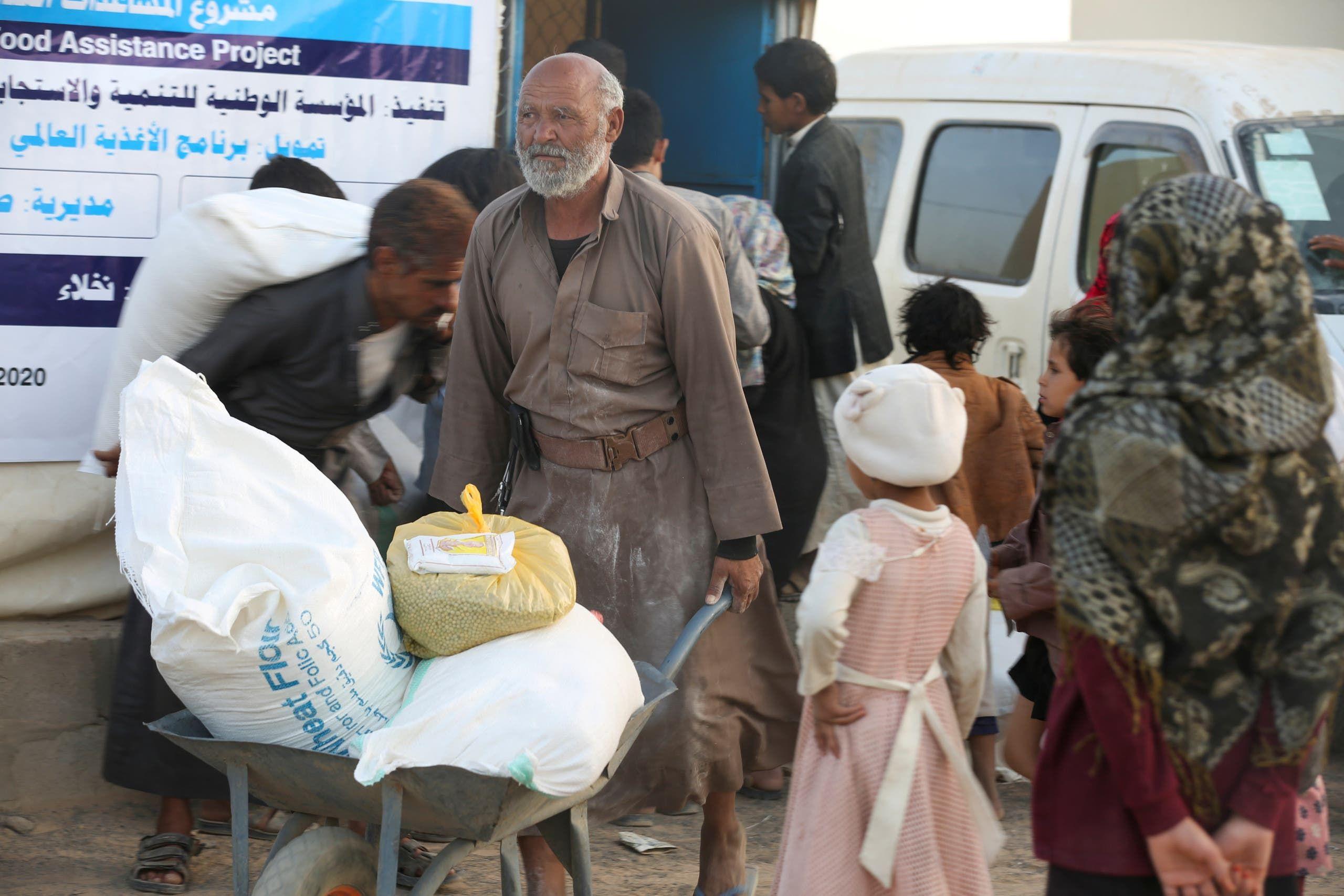 توزيع مساعدات إنسانية في مأرب