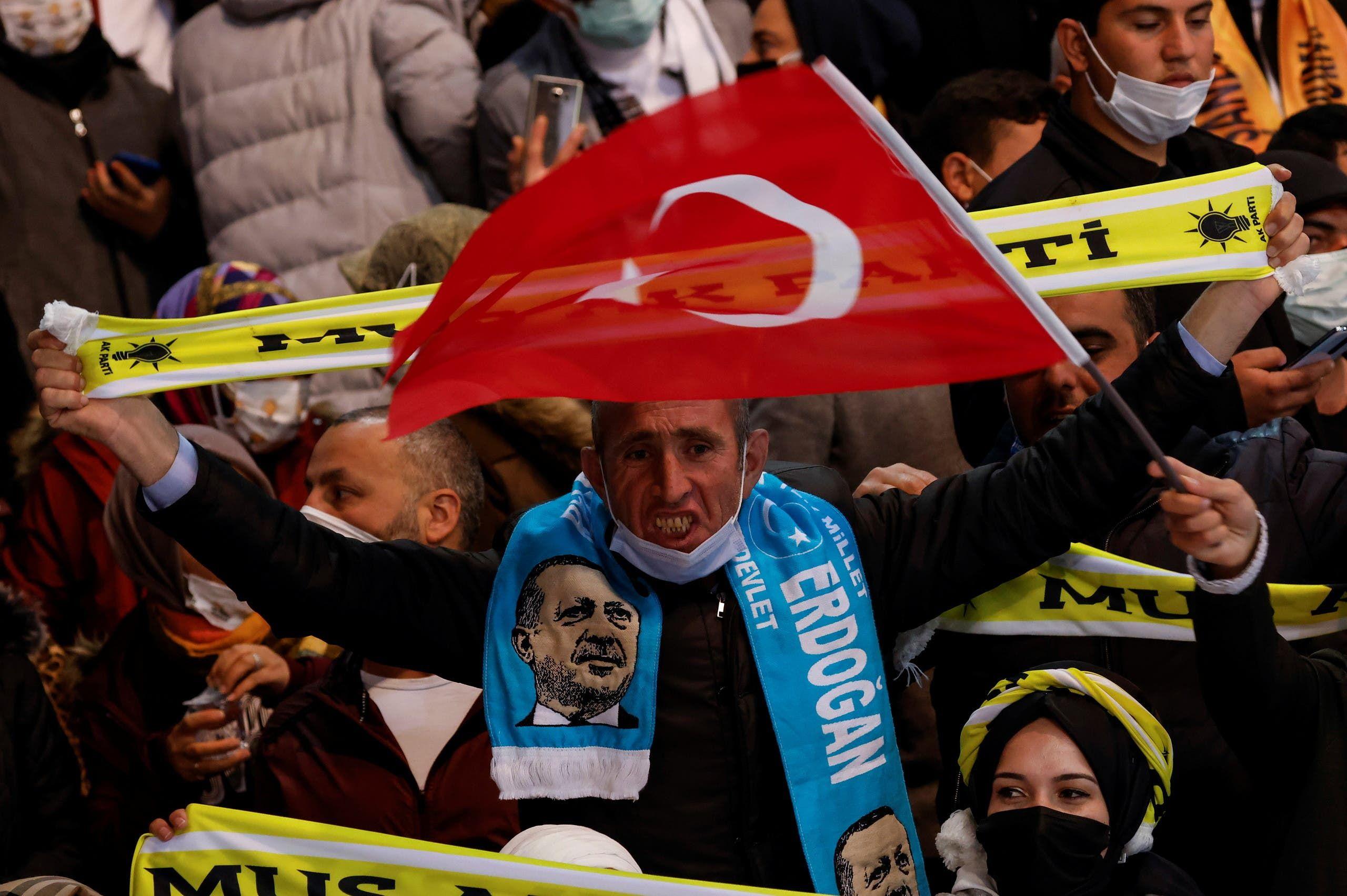 أنصار أردوغان خلال المؤتمر (رويترز)