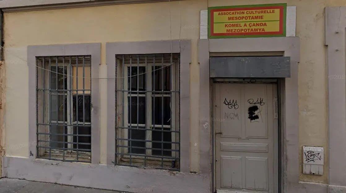 كتابات على بوابة الجمعية الكردية في ليون