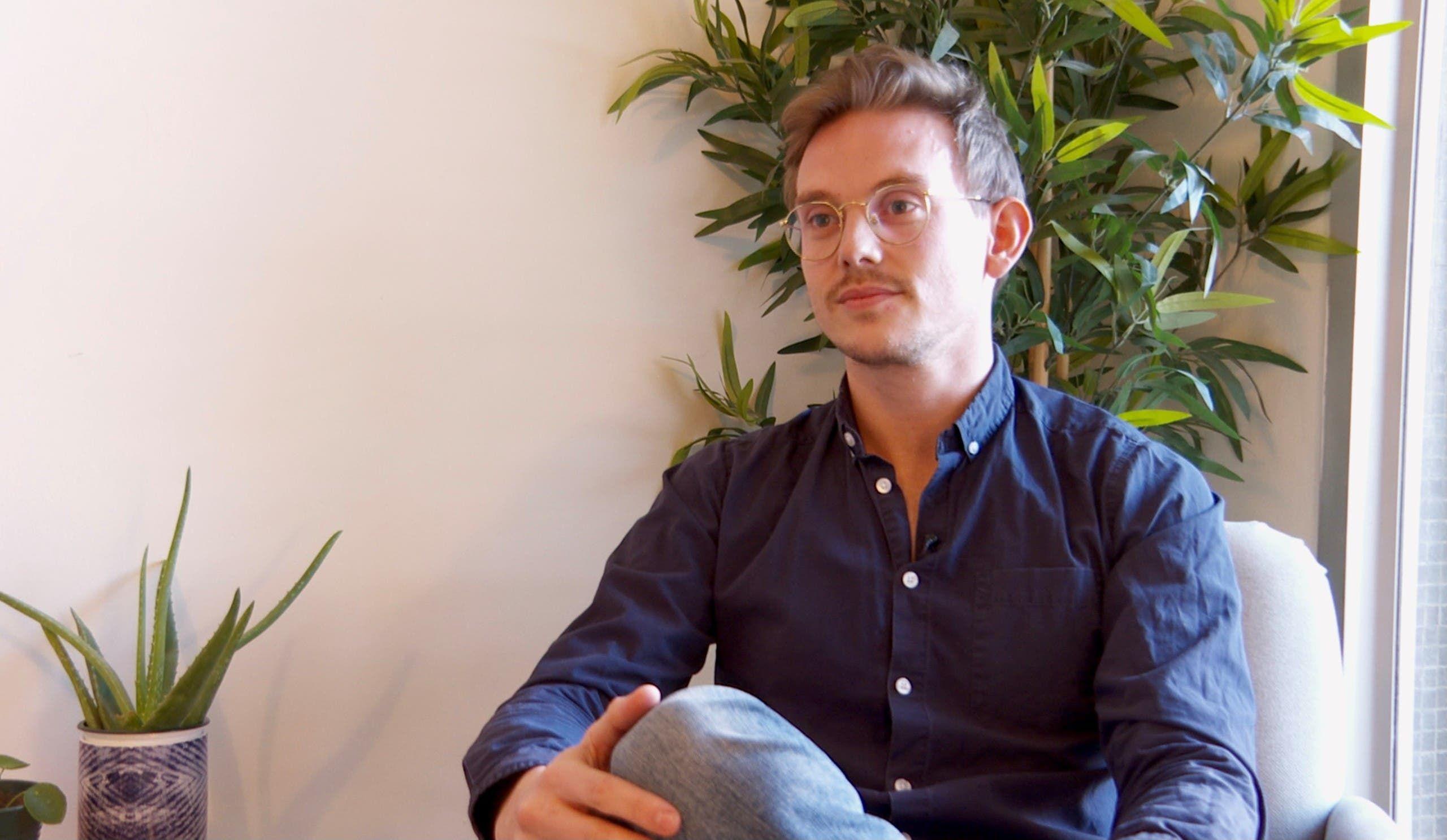 صورة لمارفان توما - طبيب نفسي ومتطوع في جمعية بيت الأرواح في الدائرة العشرين في باريس