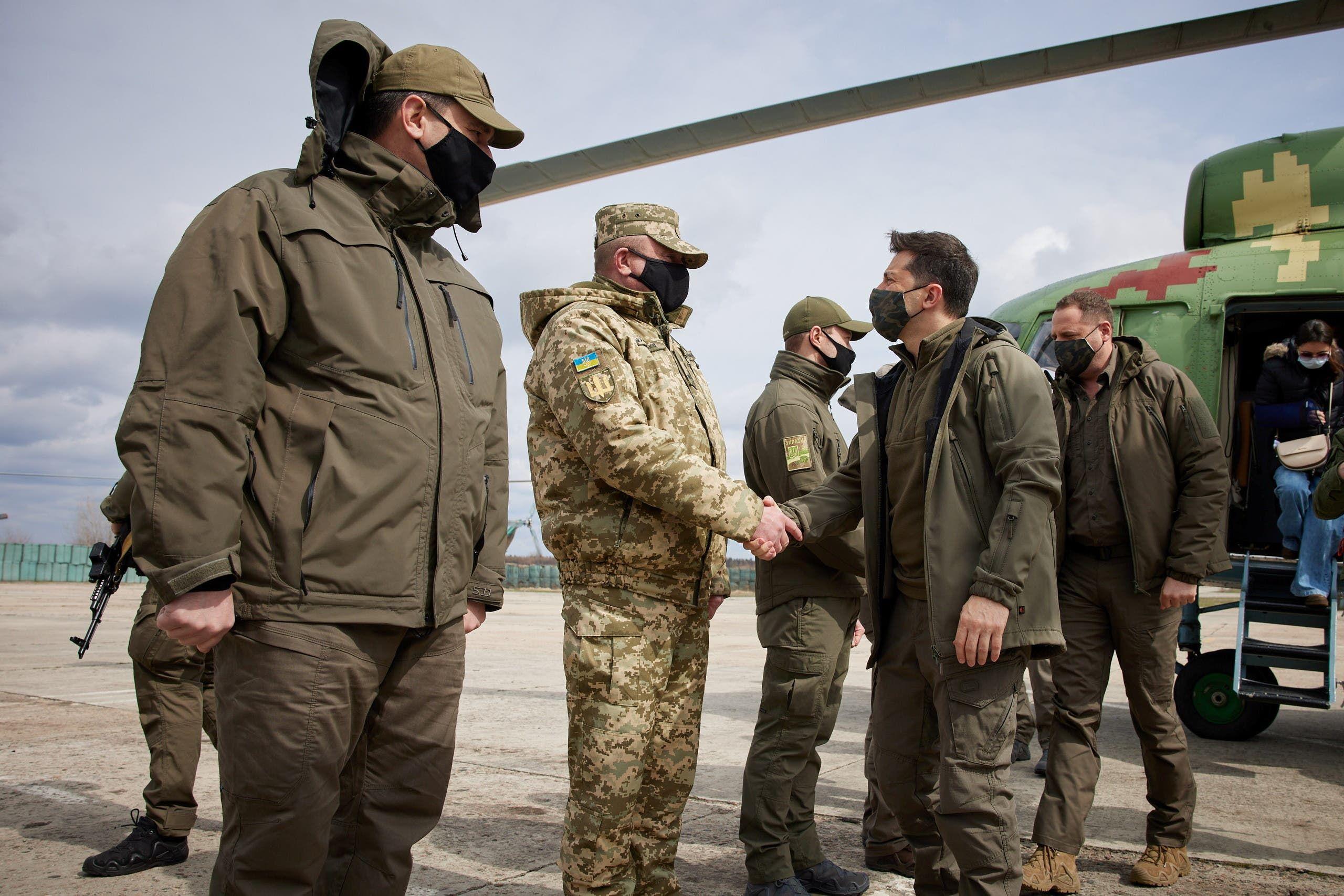 الرئيس الأوكراني فولوديمير زيلينسكي يزور جبهات القتال في دونباس