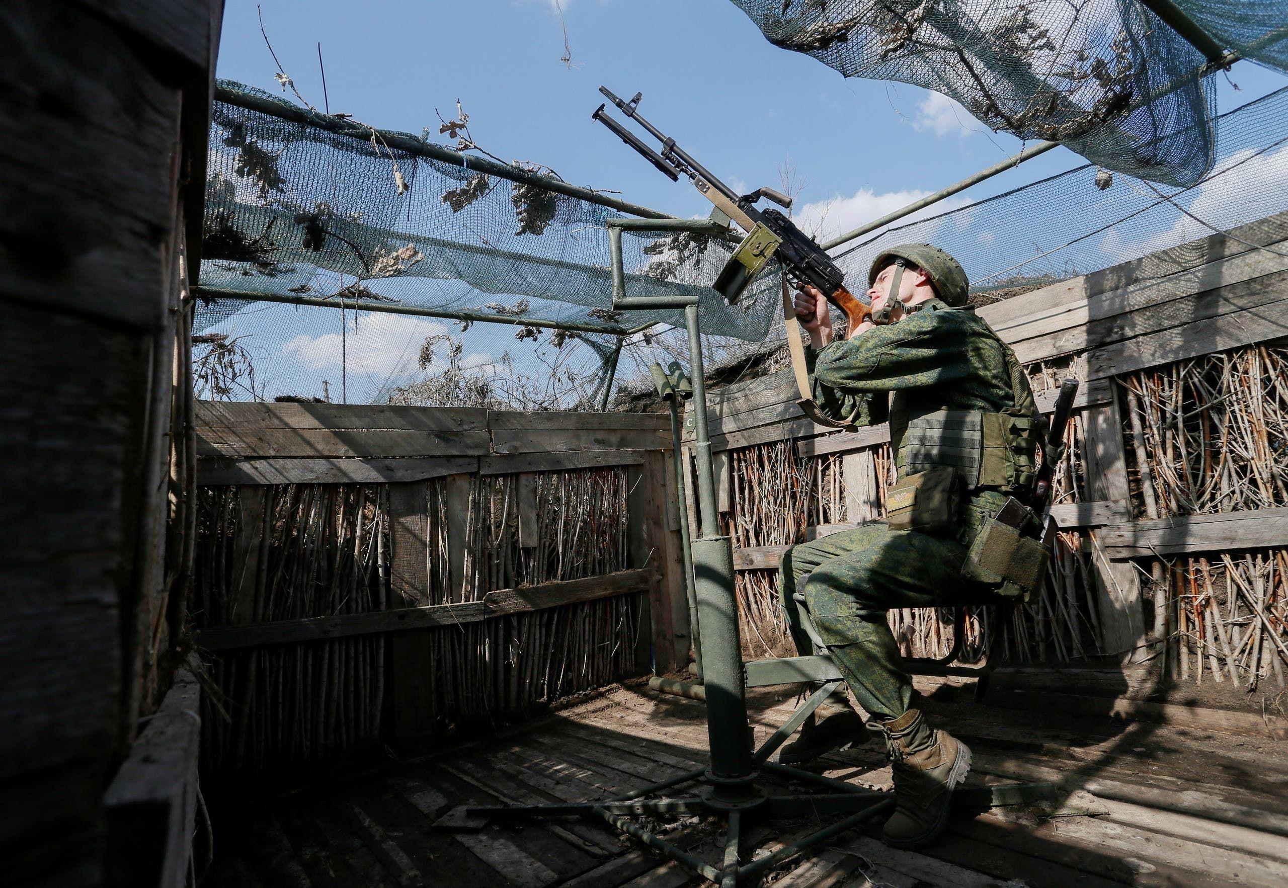 مقاتل انفصالي على خط التماس في دونباس بشرق اوكرانيا