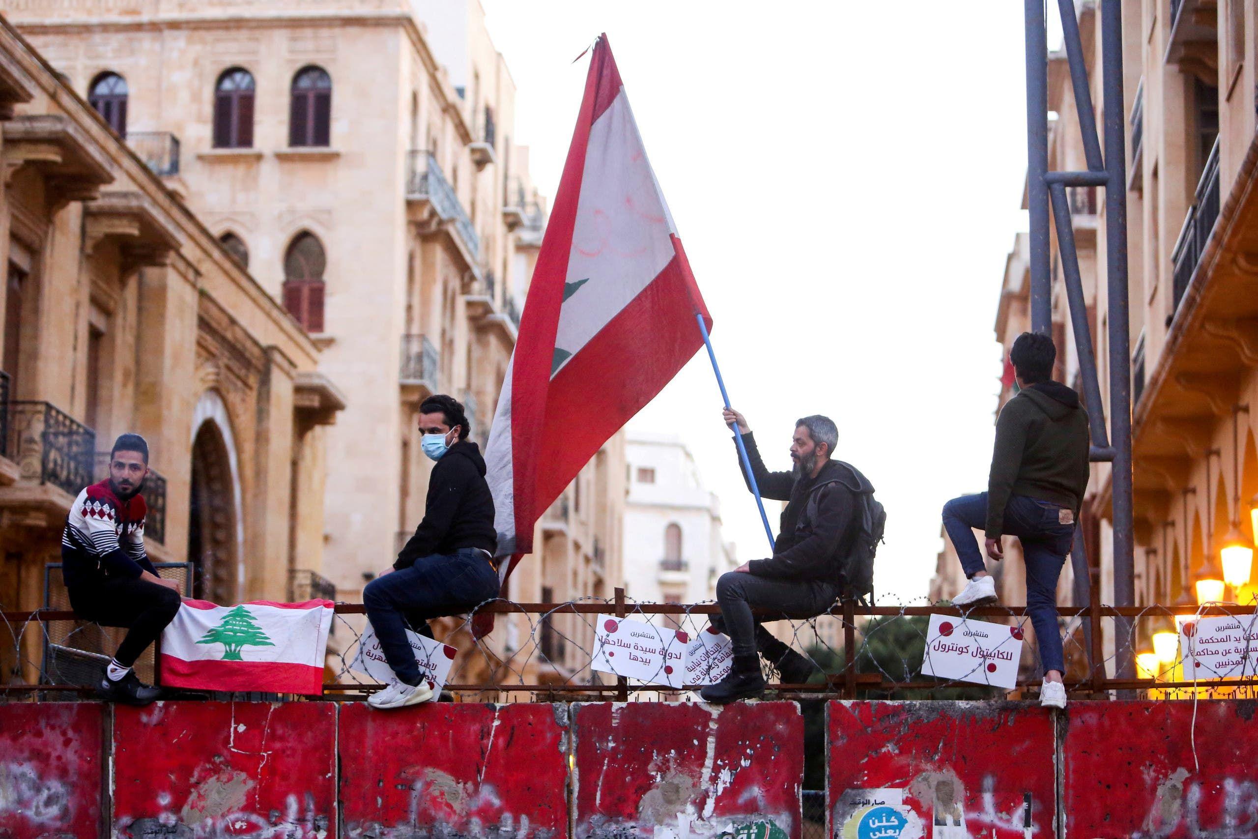 متظاهرون في لبنان ضد القيود المفروضة من قبل المصارف