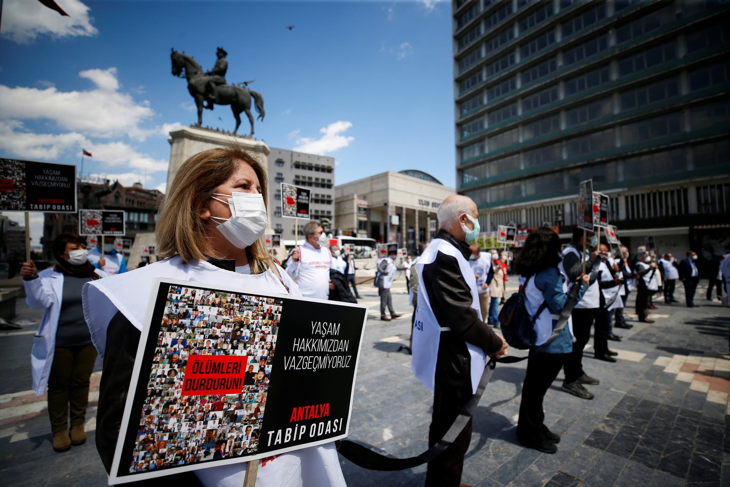 عمال صحيون يتظاهرون في أنقرة ضد إجراءات الحكومة التي تسببت بارتفاع حالات كورونا