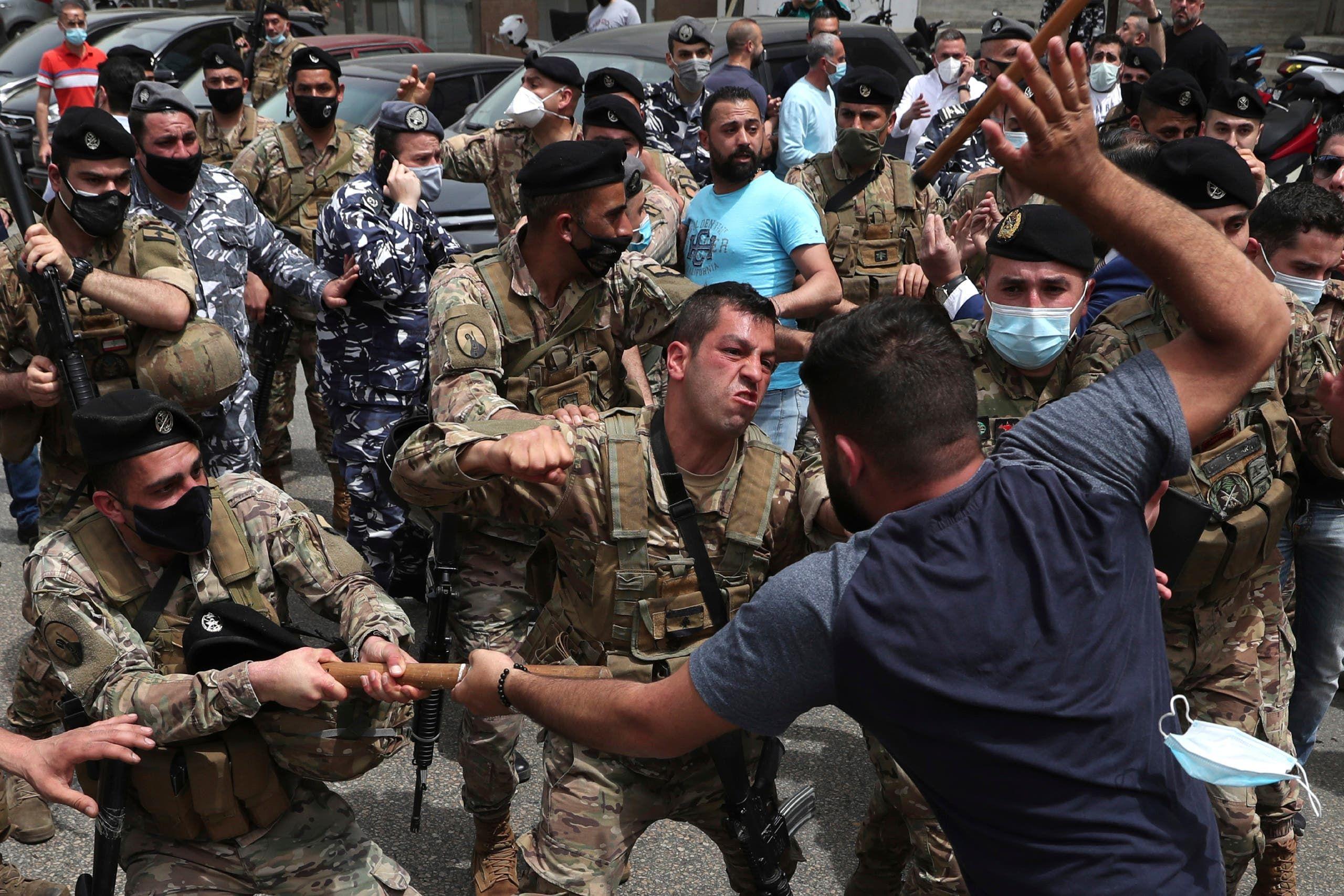 من أمام قصر العدل في بيروت (أسوشييتد برس)