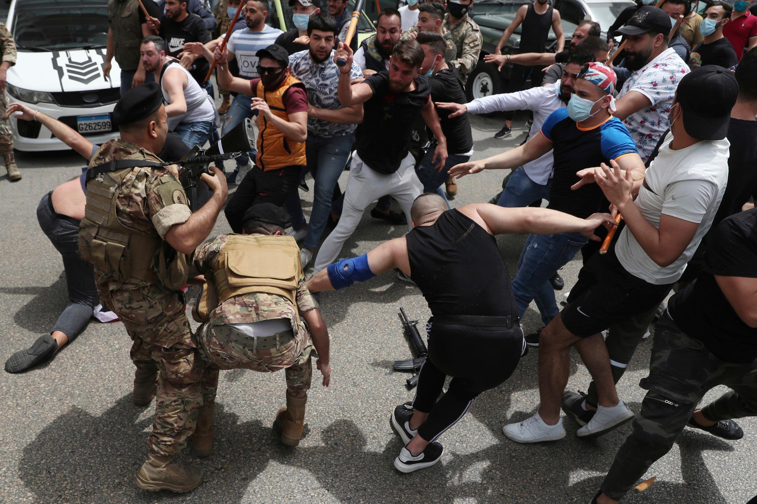 خلاف بين أنصار غادة عون وعويدات أمام قصر العدل في بيروت (أسوشييتد برس)