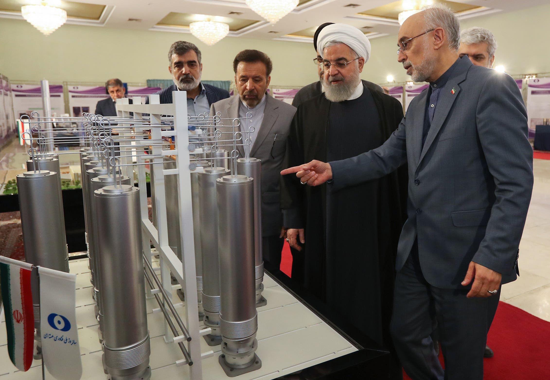 روحاني في معمل لتخصيب اليورانيوم (فرانس برس)