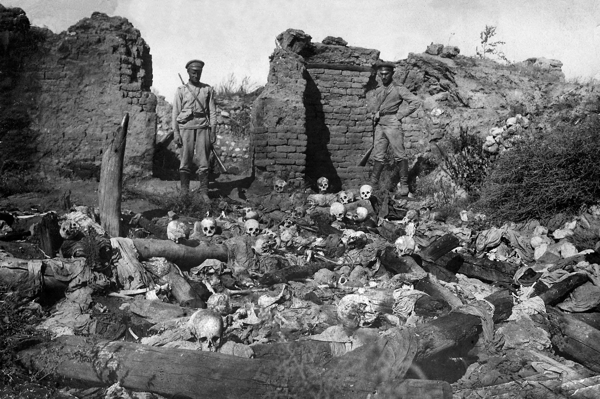 صورة تعود للعام 1915 تظهر جندياً عثمانياً يقف فوق جثث في قرية أرمنية