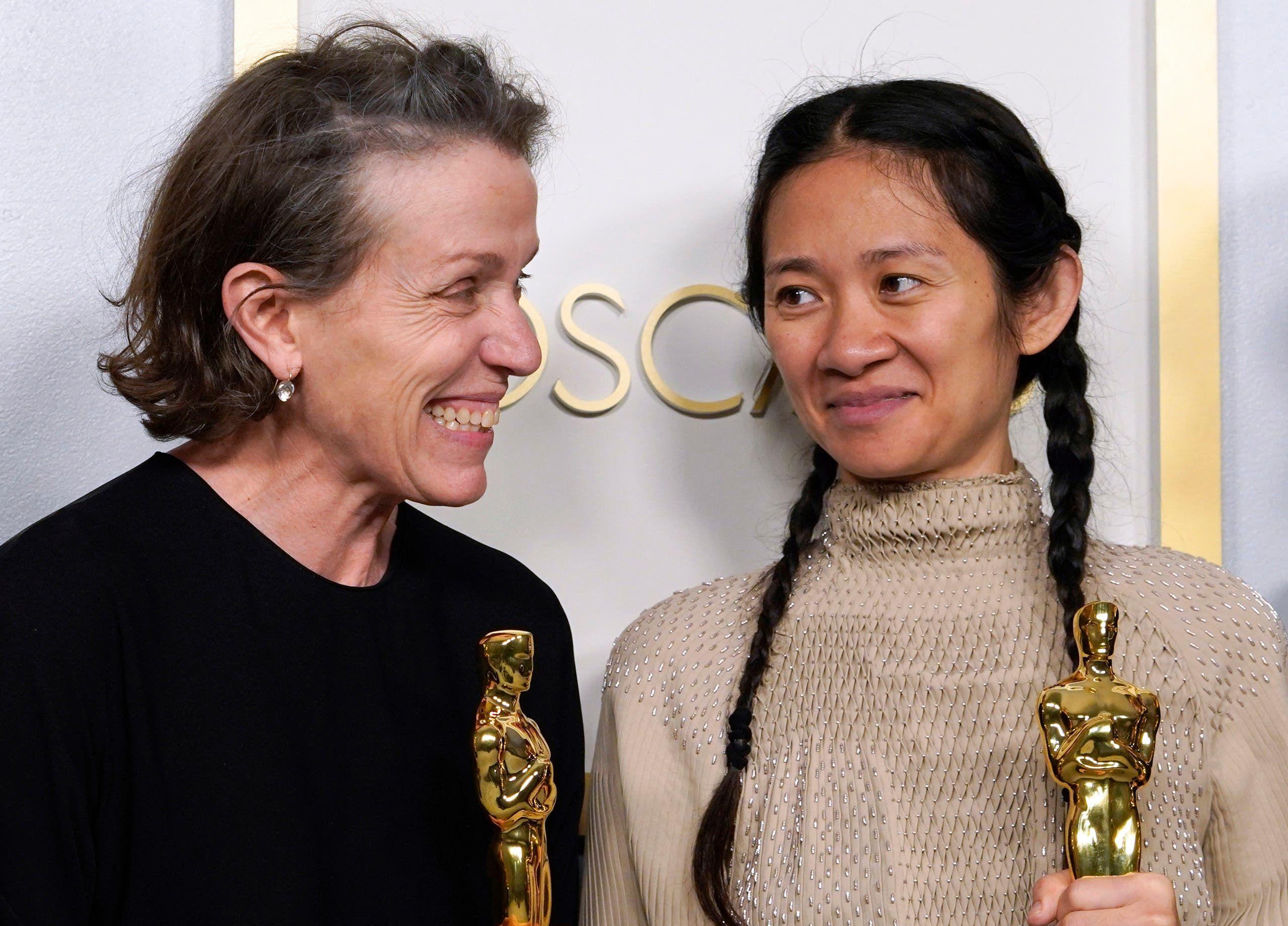 المنتجان فرانسيس مكدورماند وكلوي تشاو يحملان جائزة أوسكار لأفضل فيلم في حفل توزيع جوائز الأوسكار في لوس أنجلوس