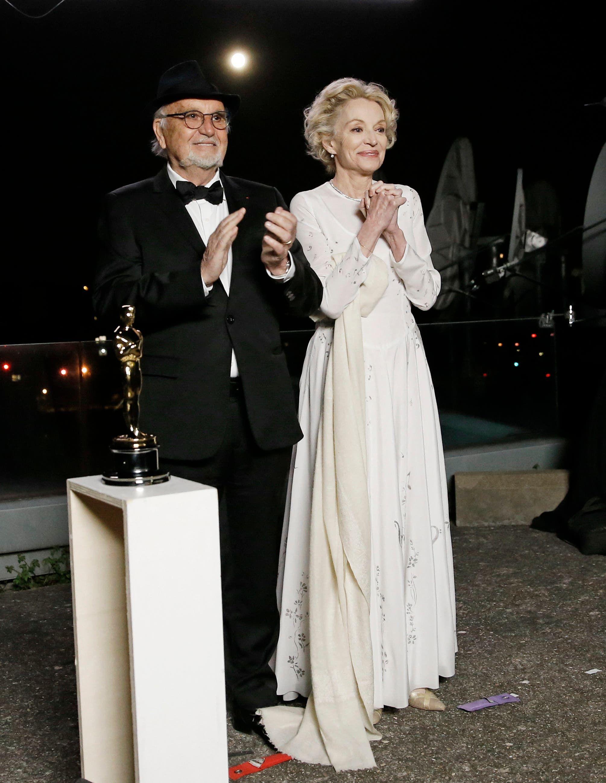 من اليسار إلى اليمين، جان لويس ليفي وكارولين سيلهول يحضران عرض حفل توزيع جوائز الأوسكار في باريس