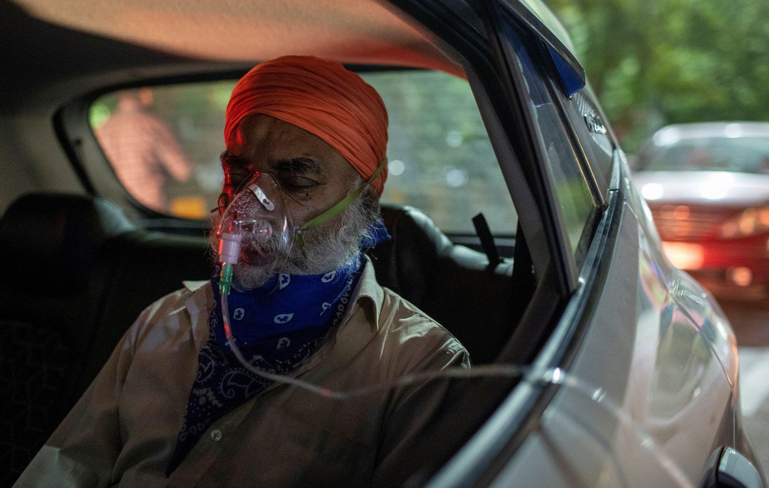 رجل يضع قناع أكسجين بسبب مشاكل في التنفس بولاية غازي أباد بالهند يوم 24 أبريل (رويترز)