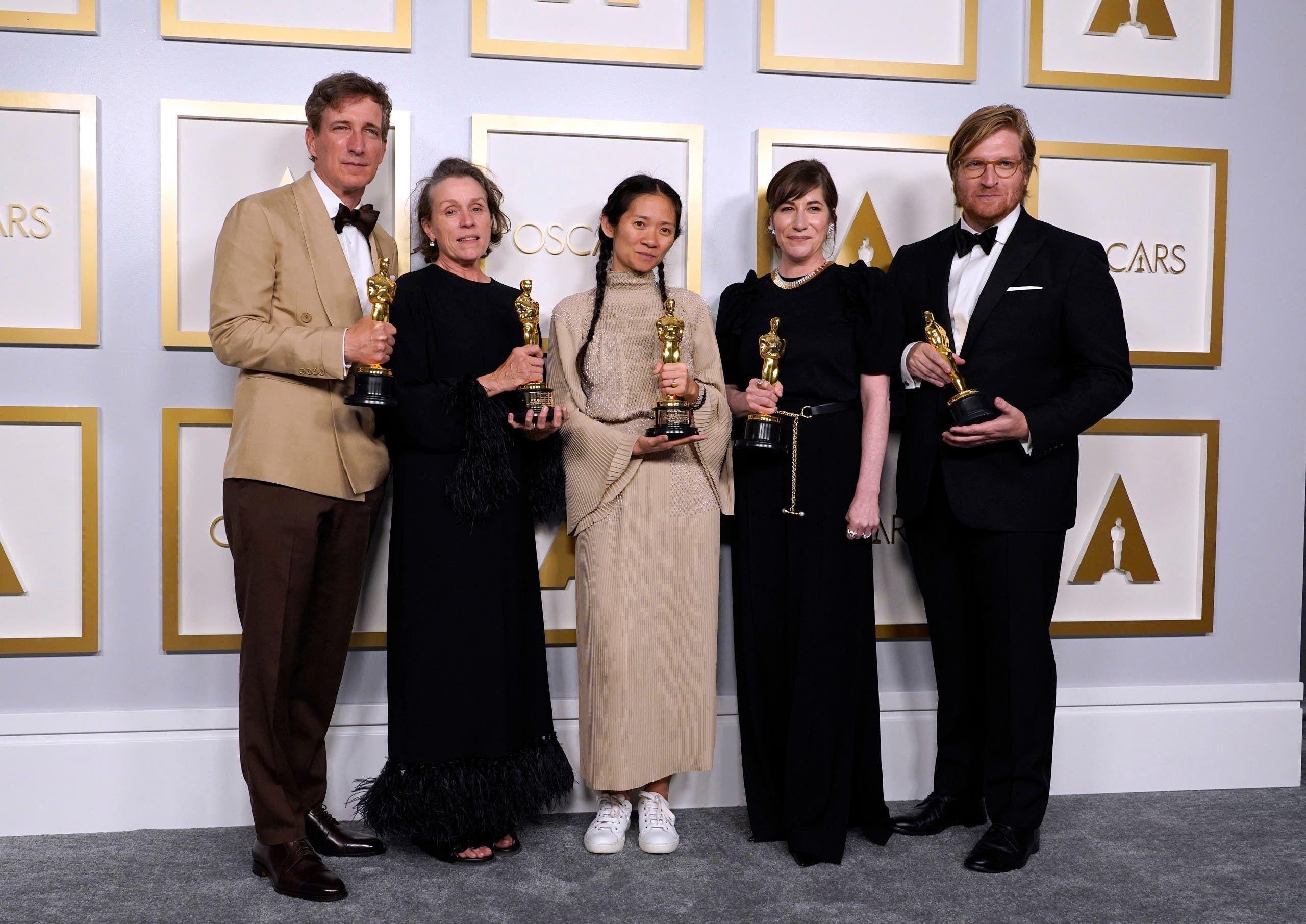 من اليسار.. المنتجون بيتر سبيرز ، فرانسيس مكدورماند ، كلوي تشاو ، مولي آشر ودان جانفي ، في حفل توزيع جوائز الأوسكار في لوس أنجلوس