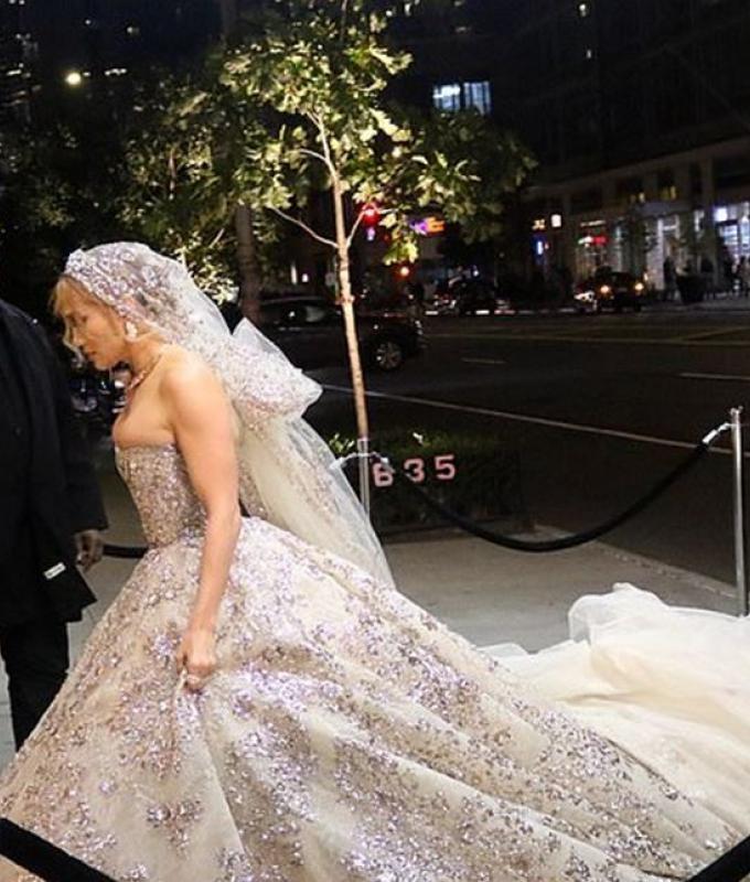 جينيفر لوبيز تخطف الأنظار بفستان زفاف.. هل تزوّجت؟