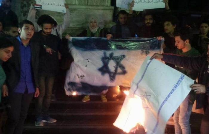 صحفيون مصريون يحرقون علم إسرائيل وصور ترمب